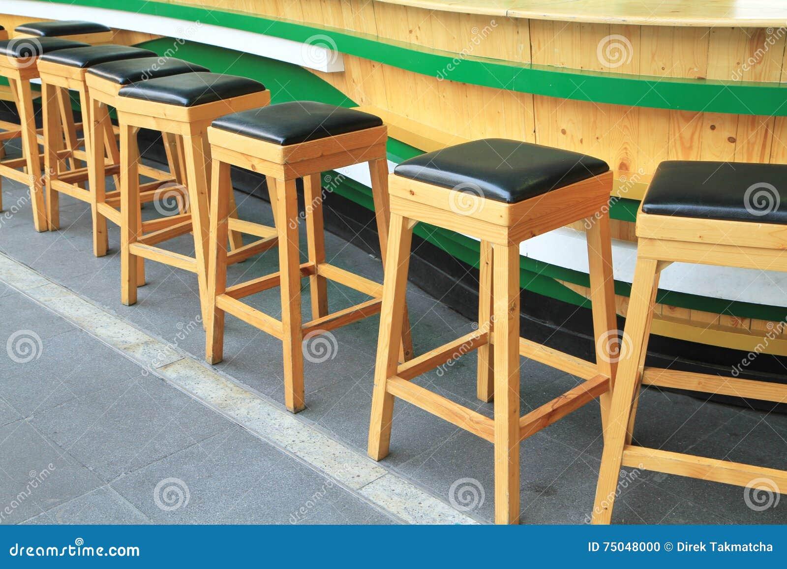 Sgabelli da bar di legno fotografia stock. immagine di distendasi