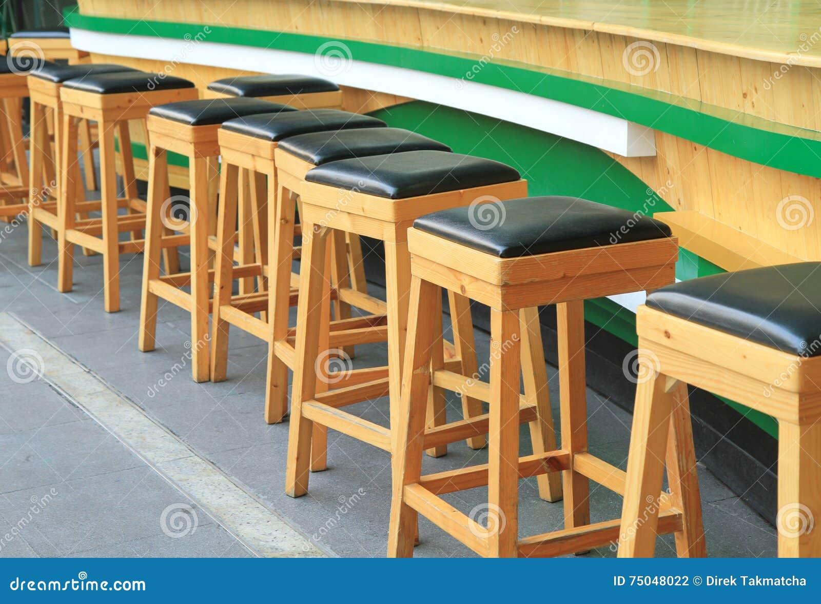 Sgabelli da bar di legno fotografia stock. immagine di barstool