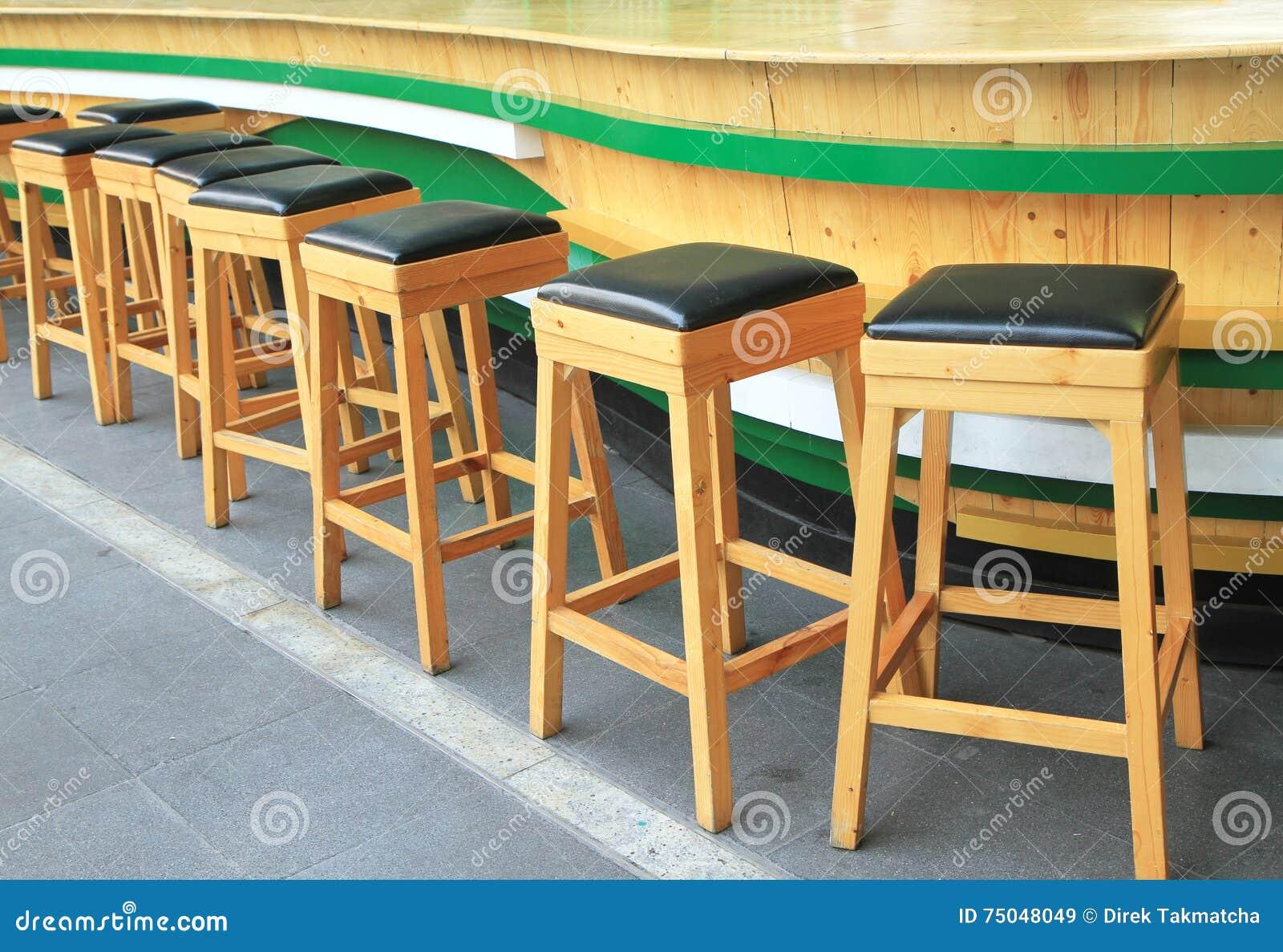 Sgabelli da bar di legno immagine stock. immagine di pasto 75048049