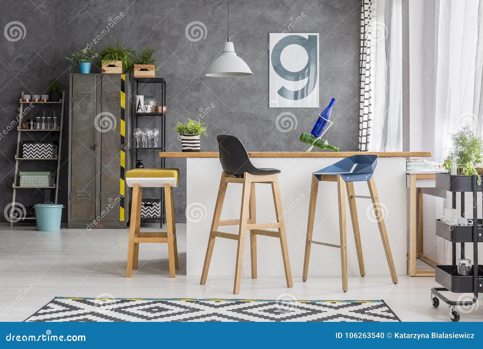 Sgabelli da bar di legno in cucina fotografia stock immagine di