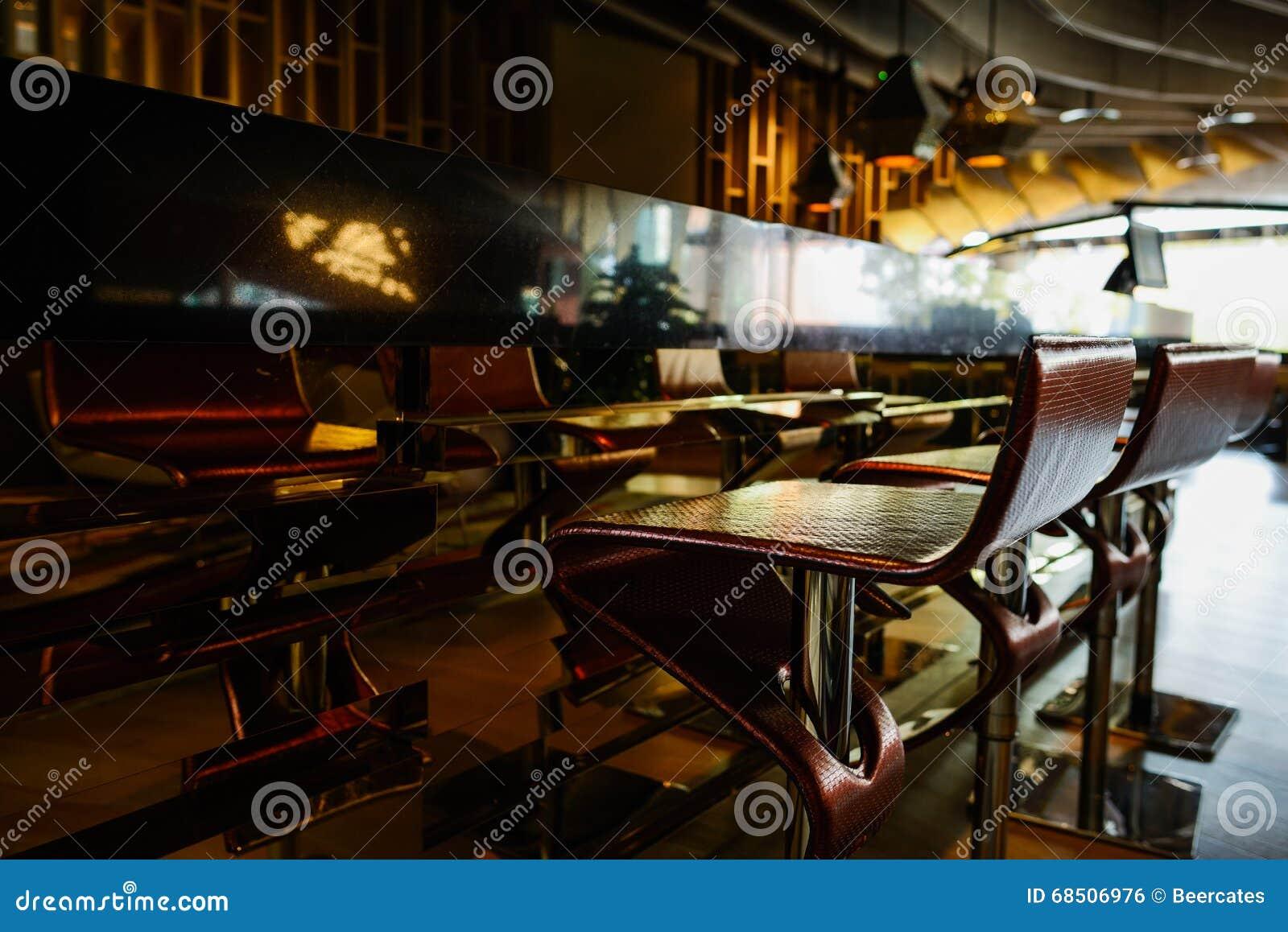 Sgabelli da bar moderni davanti al contatore fotografia stock