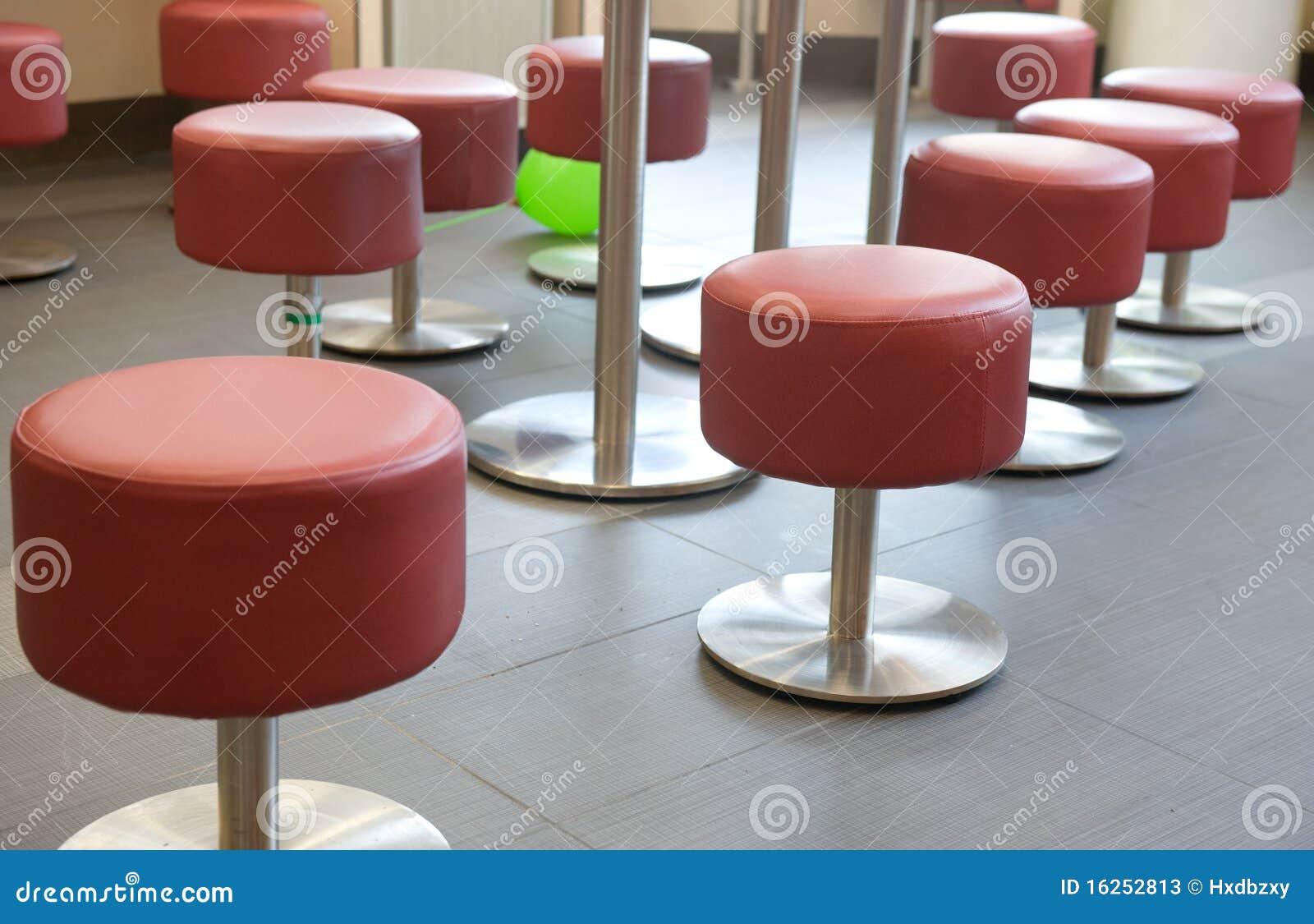 Sgabelli rossi immagine stock. immagine di colore domestico 16252813