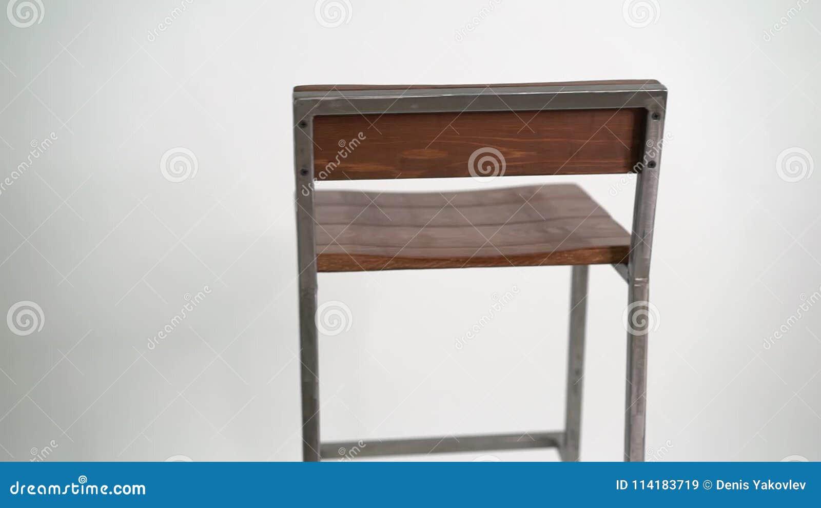 Sgabello da bar d acciaio su fondo bianco archivi video video di