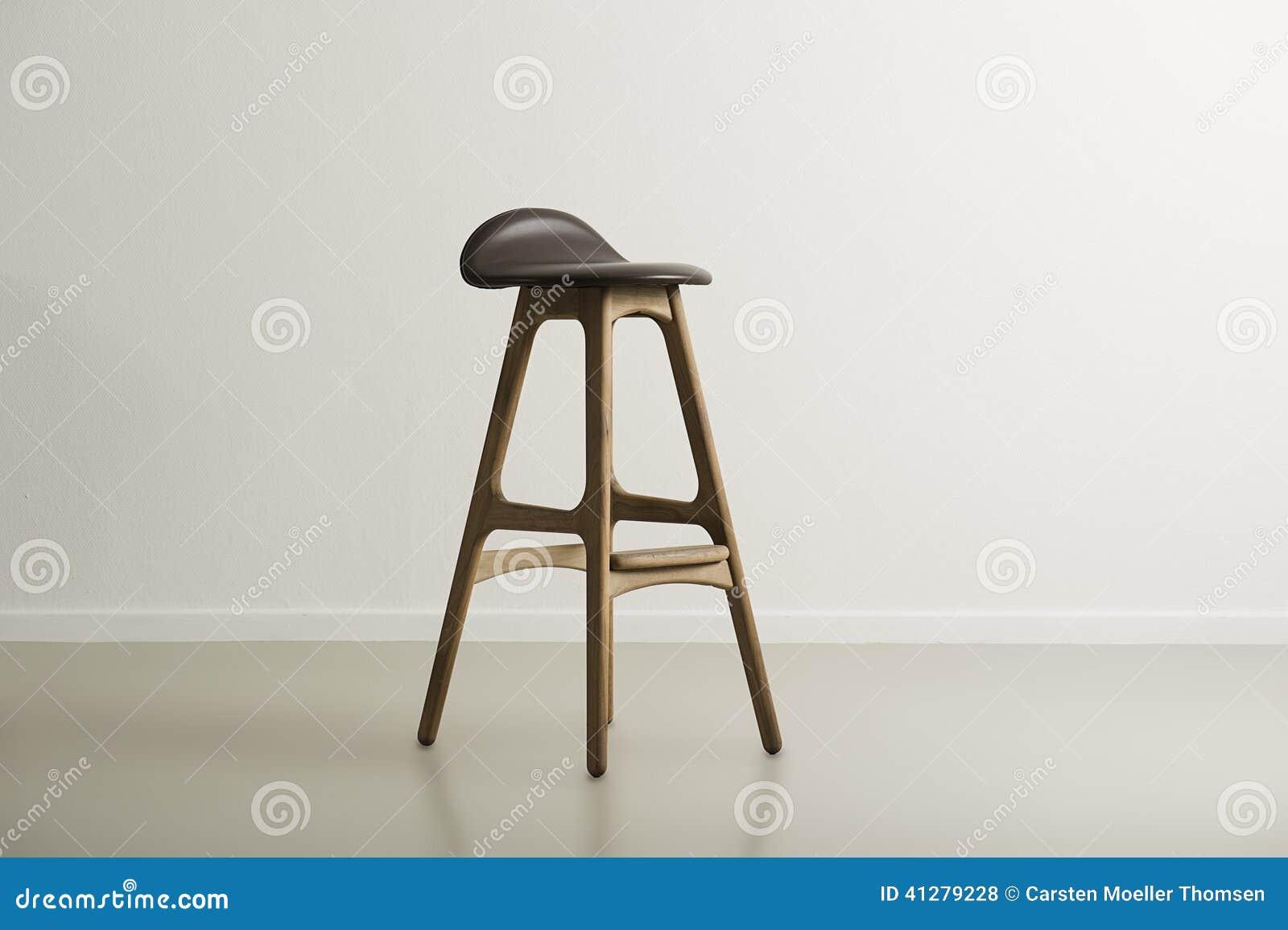 Sgabello da bar di legno con un sedile di cuoio modellato