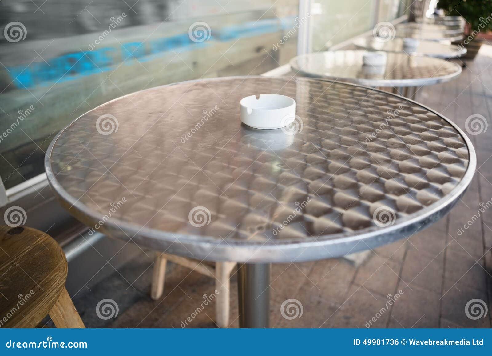 Sgabello da bar e tavola con il vassoio di cenere fotografia stock