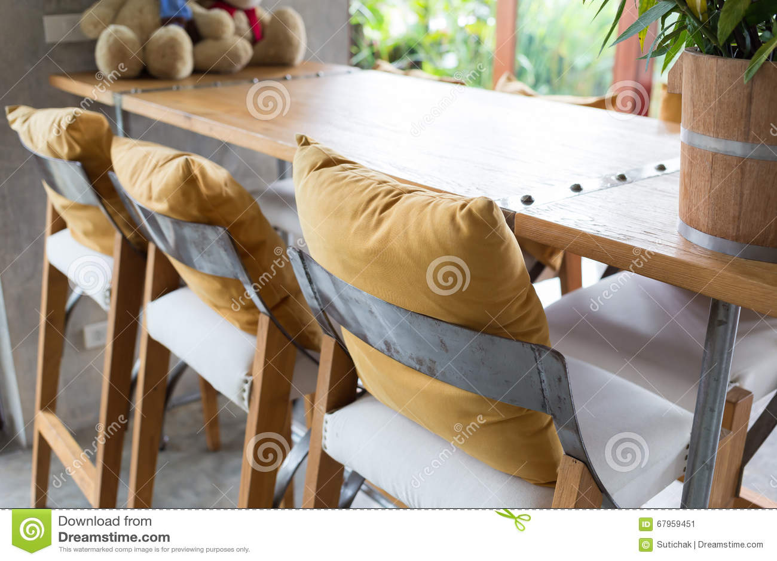 Sgabello da bar e tavola di legno decorati in salone immagine