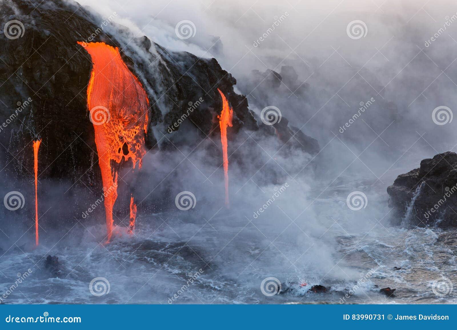 Sgocciolatura della lava fusa nell oceano