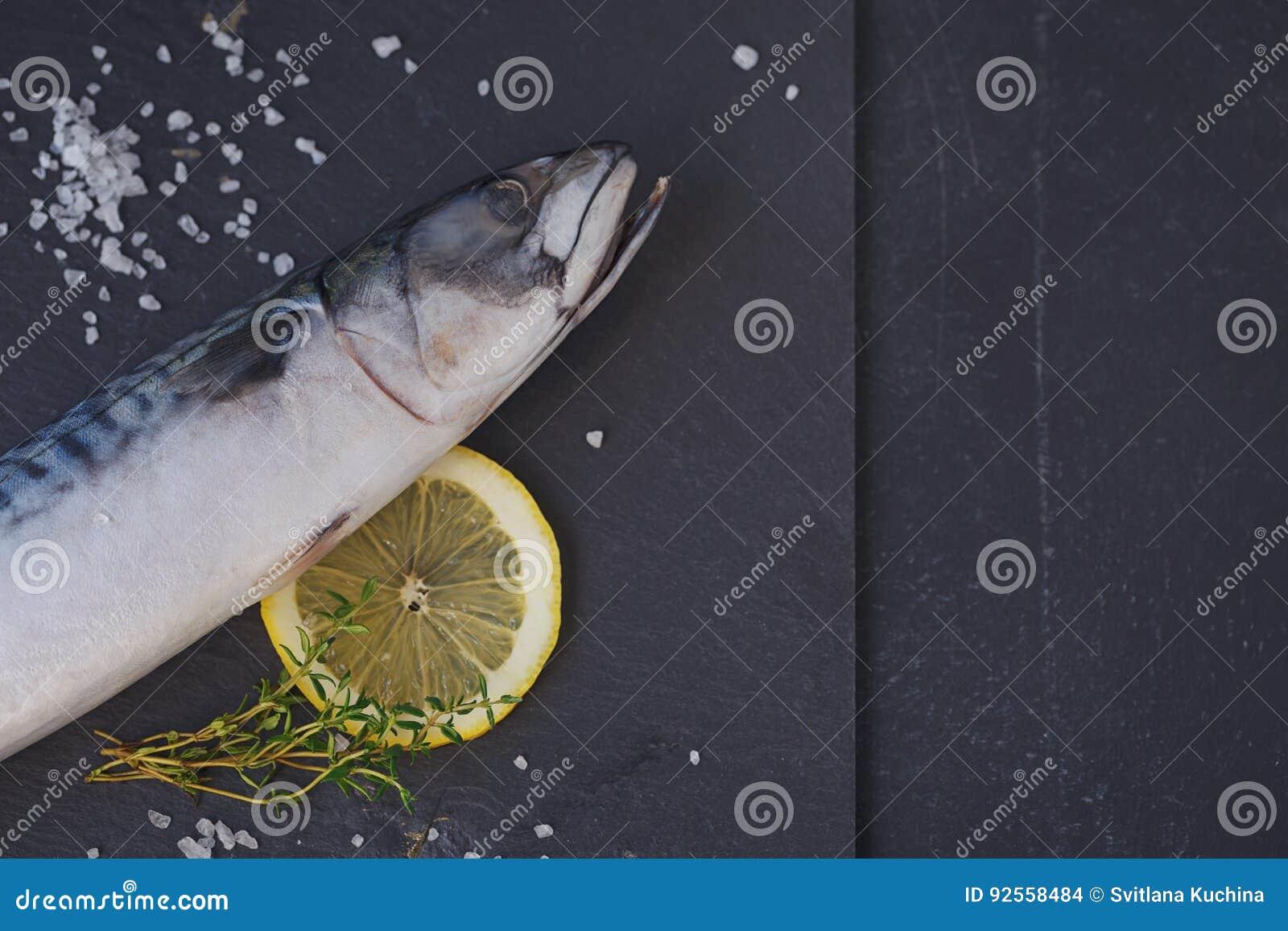 Sgombro fresco ed ingredienti del pesce crudo per la cottura sull delle sedere scure