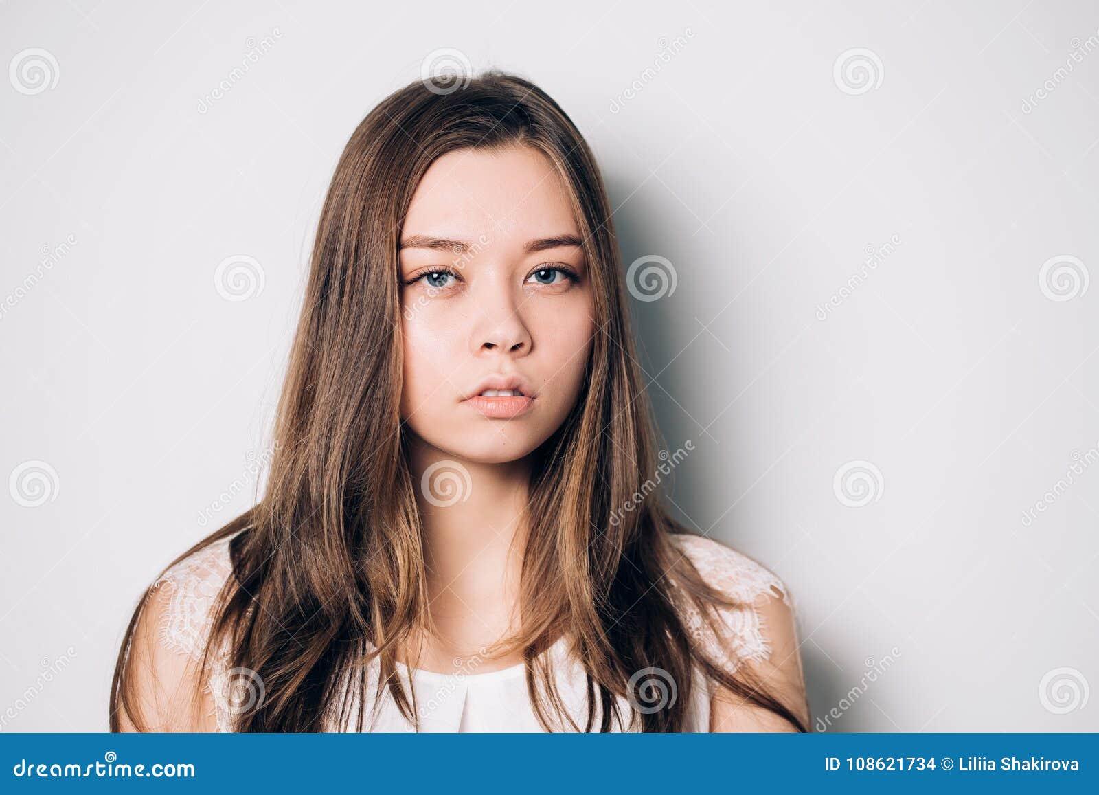 Sguardo serio ed interessato della giovane bella donna triste