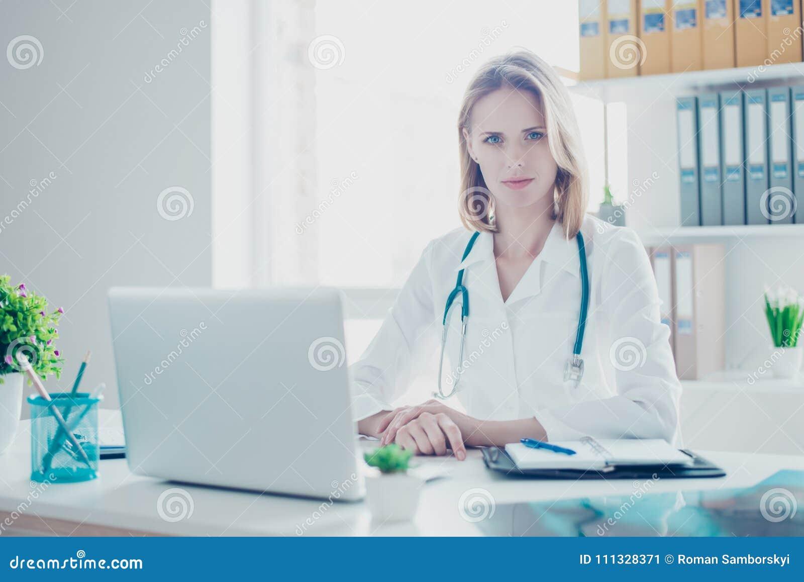 Sh portret van zekere geconcentreerde medisch student die witte laag dragen,