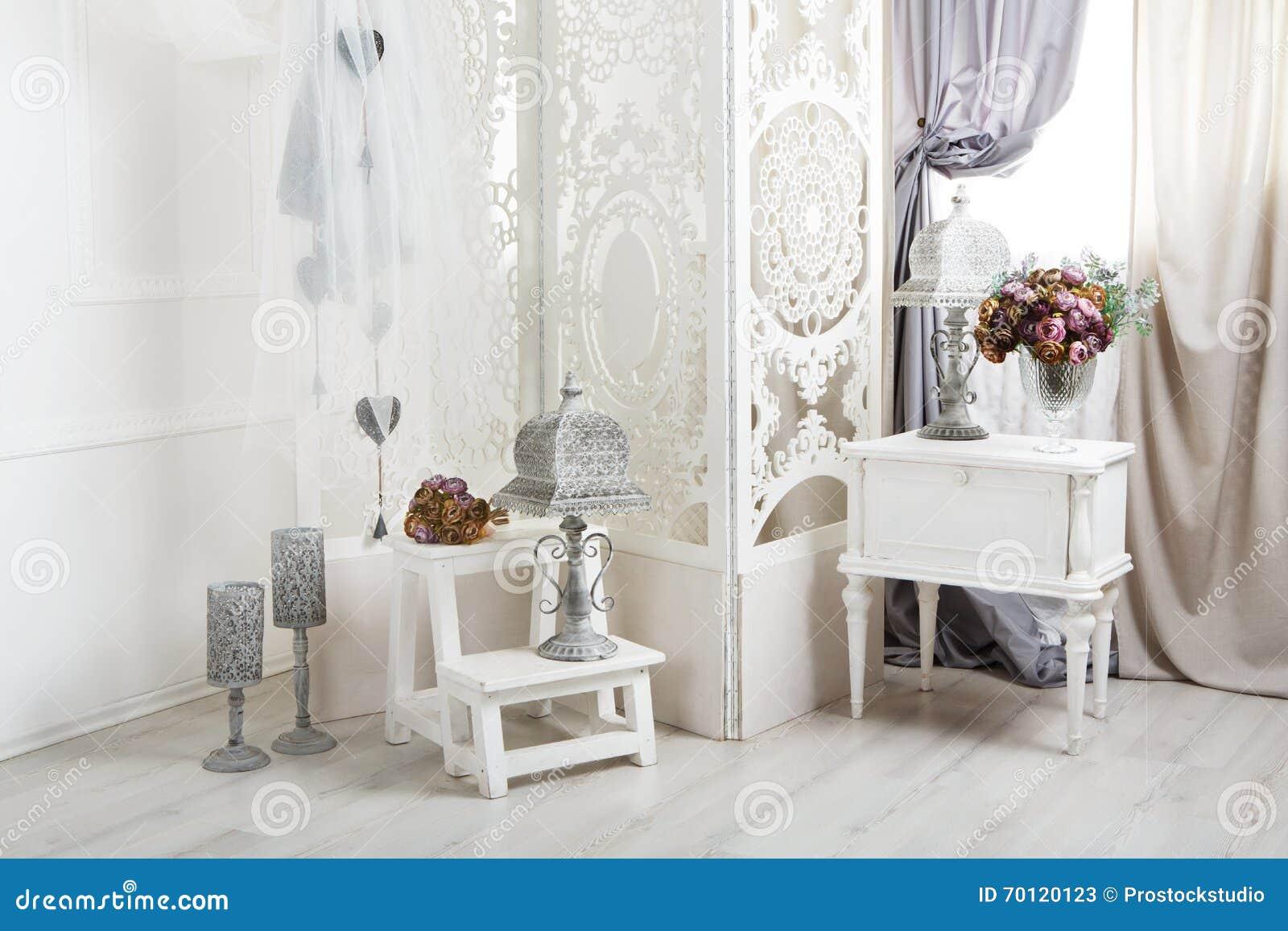 Shabby κομψό άσπρο εσωτερικό δωματίων, γαμήλιο ντεκόρ