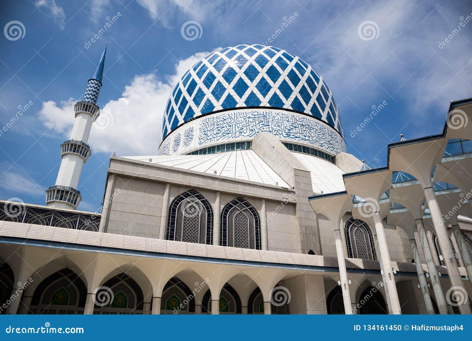 SHAH ALAM MALAYSIA - DECEMBER 5, 2018: Sultan Salahuddin Abdul Aziz Shah moské också som är bekant som blå moské under dag