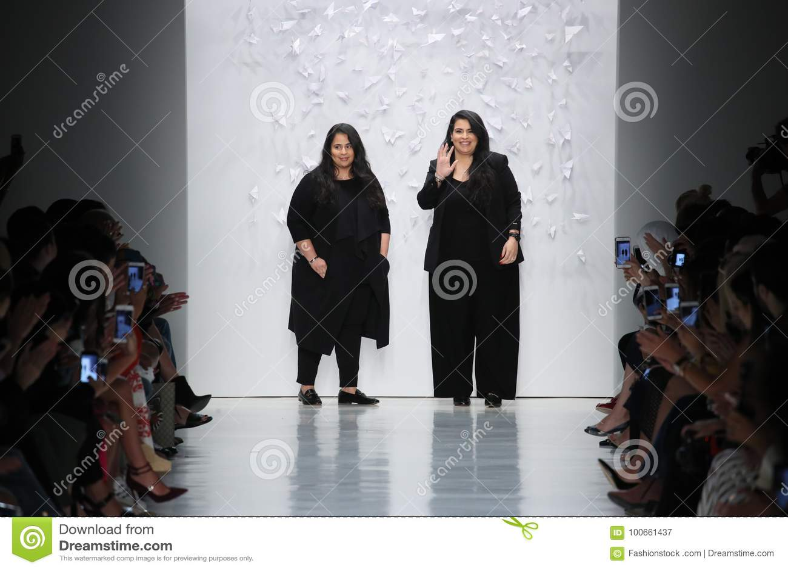 Shaikha Noor Al Khalifa och Shaikha Haya Al Khalifa går landningsbanan för middag av den Noor modeshowen