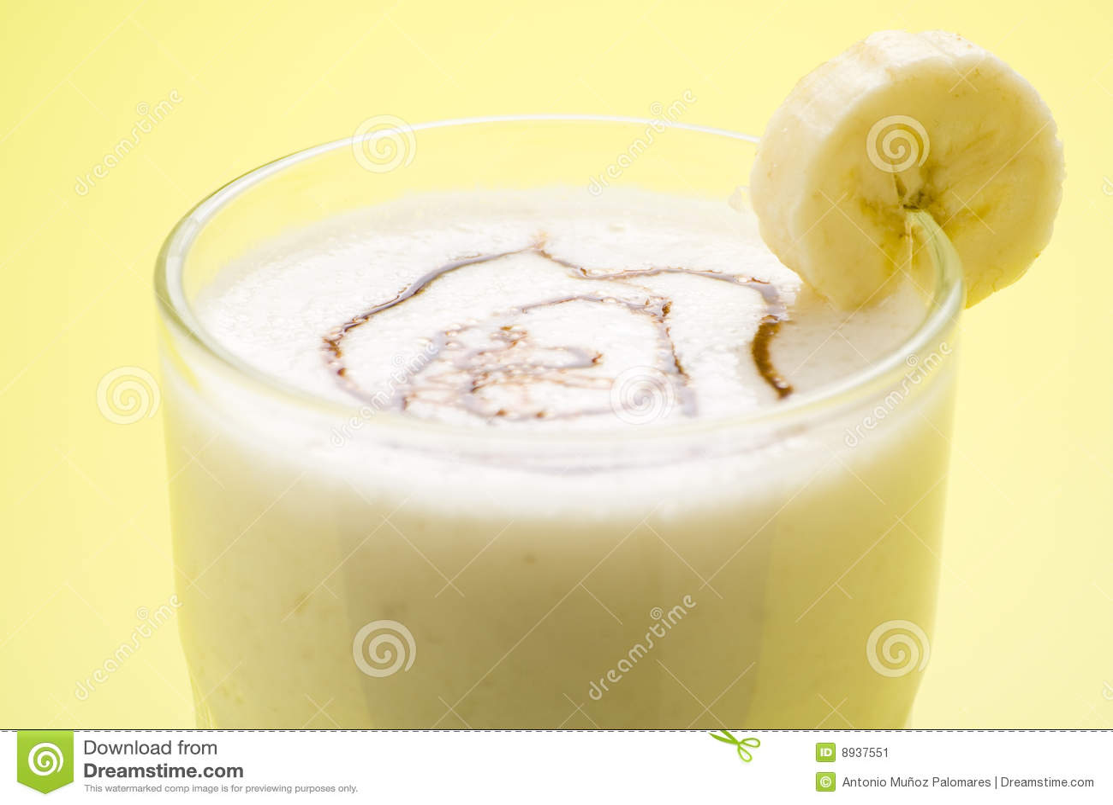Shake молока свежих фруктов карамельки банана