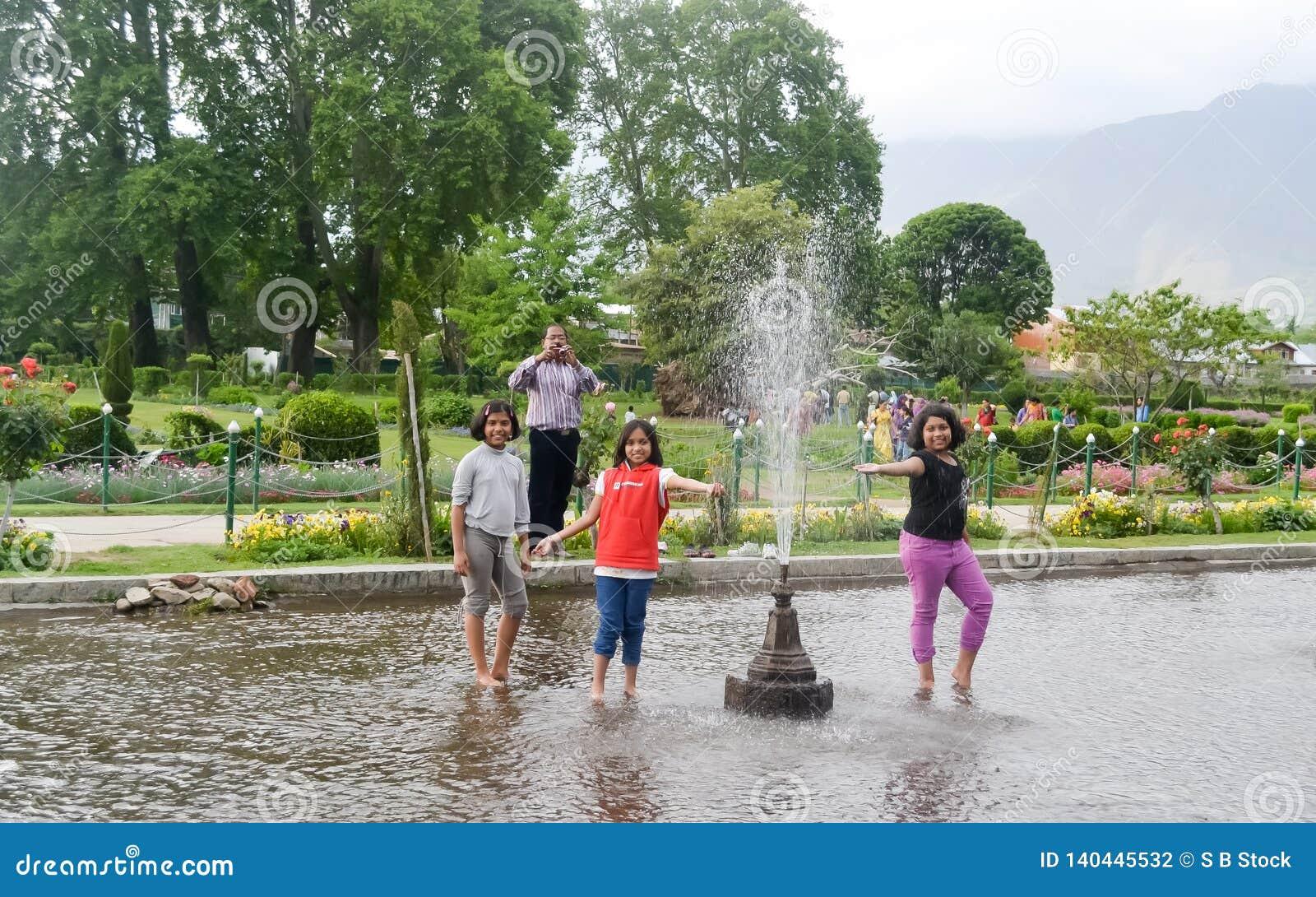 Shalimar Bagh, κήπος Mughal, στις 10 Ιανουαρίου 2019: Τα παιδιά που το νερό παρουσιάζουν