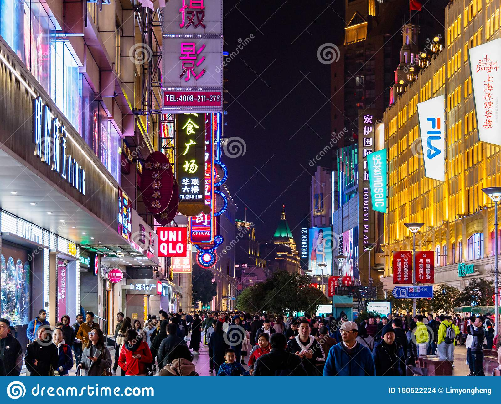 SHANGAI, CHINA - 12 DE MARZO DE 2019 - opinión de /Evening de la noche los compradores a lo largo de la calle peatonal apretada e
