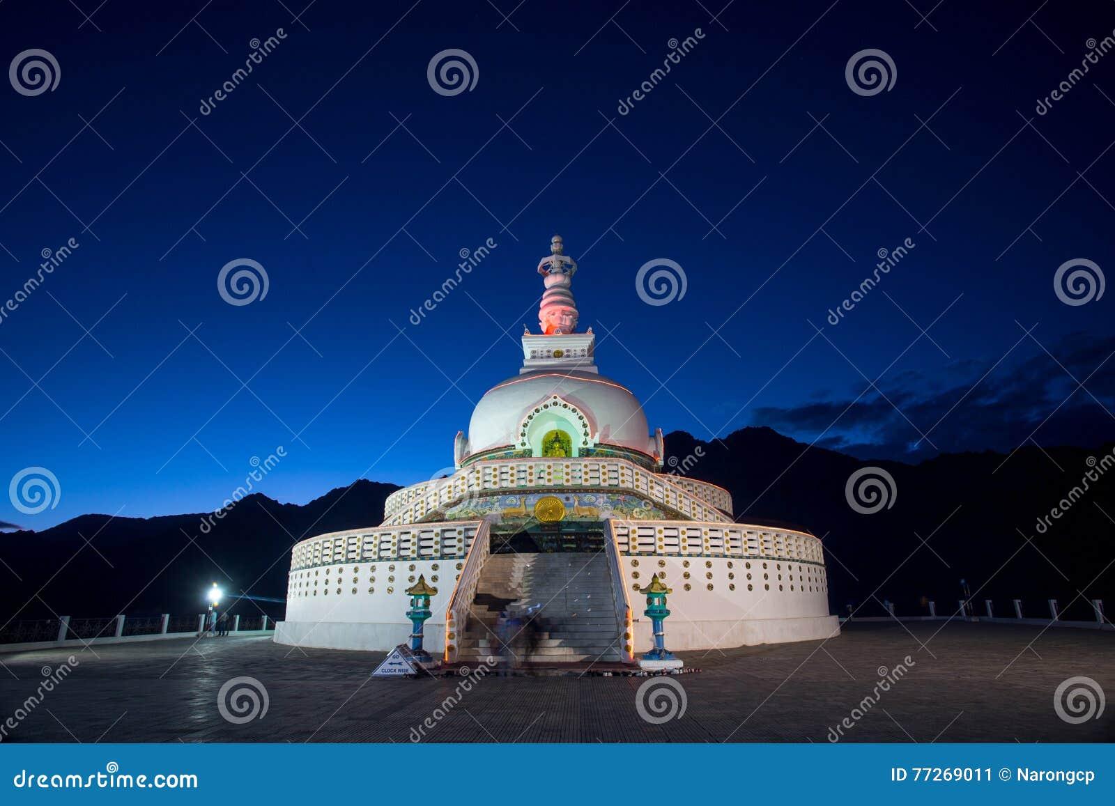 Shanti Stupa é um stupa branco-abobadado budista