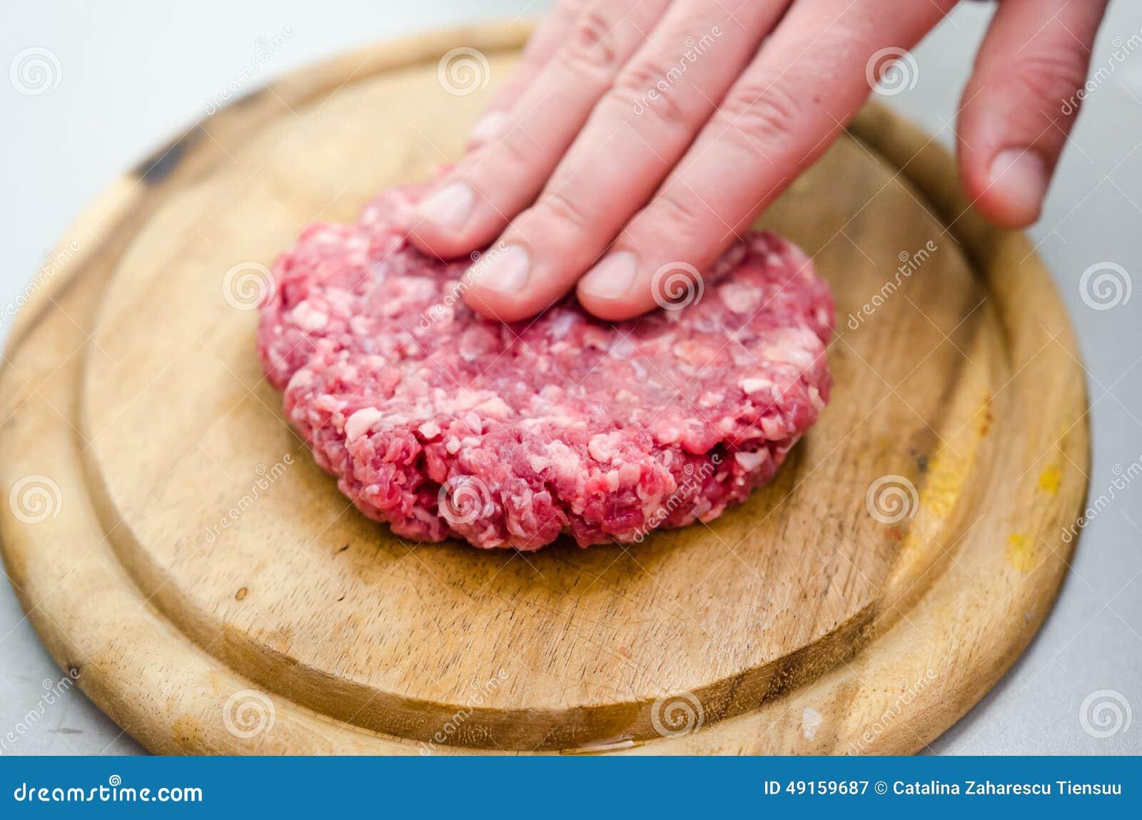 Shapping raw burger