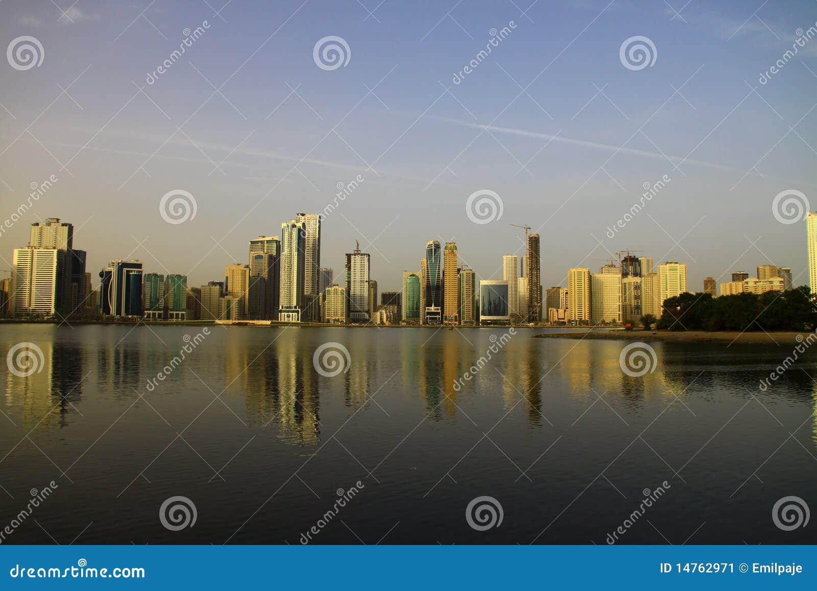 Sharja Corniche en la salida del sol