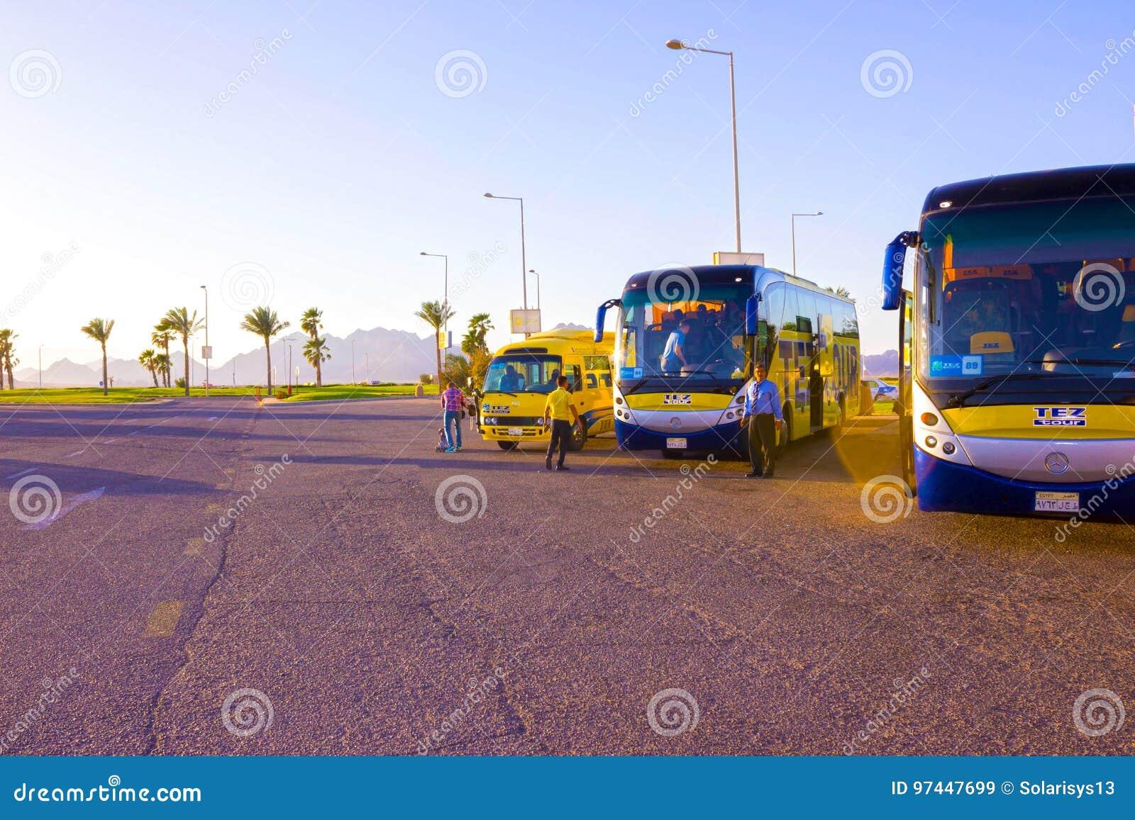 Sharm El Sheikh, Египет - 7-ое апреля 2017: Туристический автобус туристами путешествия TEZ ждать