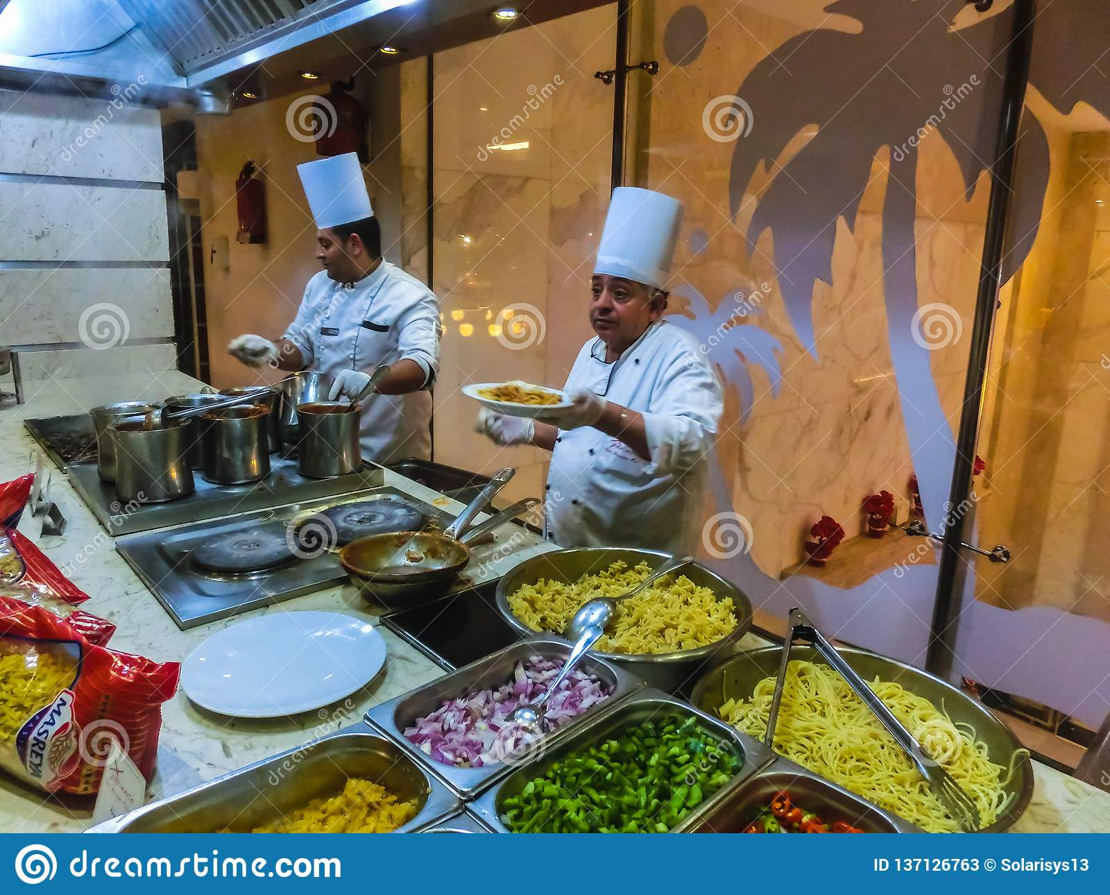 Sharm El Sheikh, Египет - 31-ое декабря 2018: Египетское положение повара на ресторане гостиницы