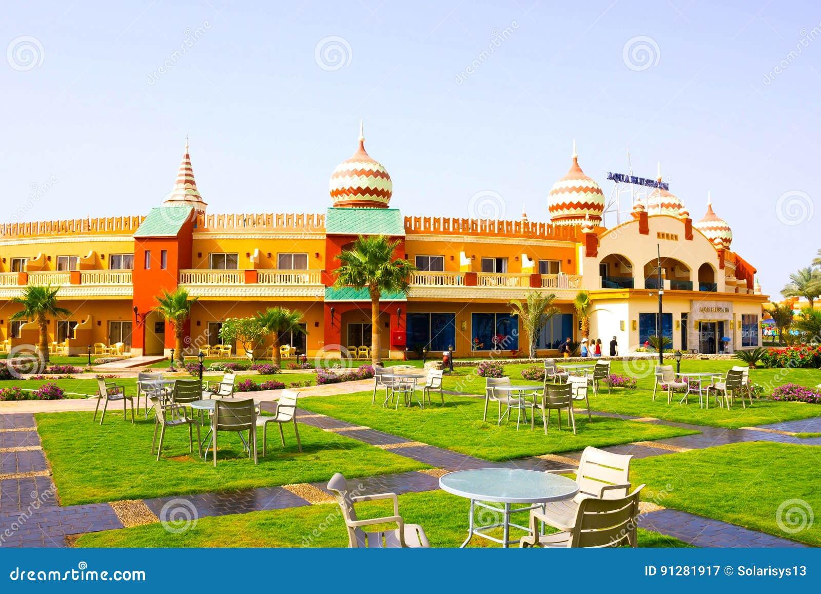 Sharm el Sheikh Egypten - April 10, 2017: Sikten av det lyxiga hotellet AQUA BLU Sharm 5 stjärnor på dagen med blå himmel