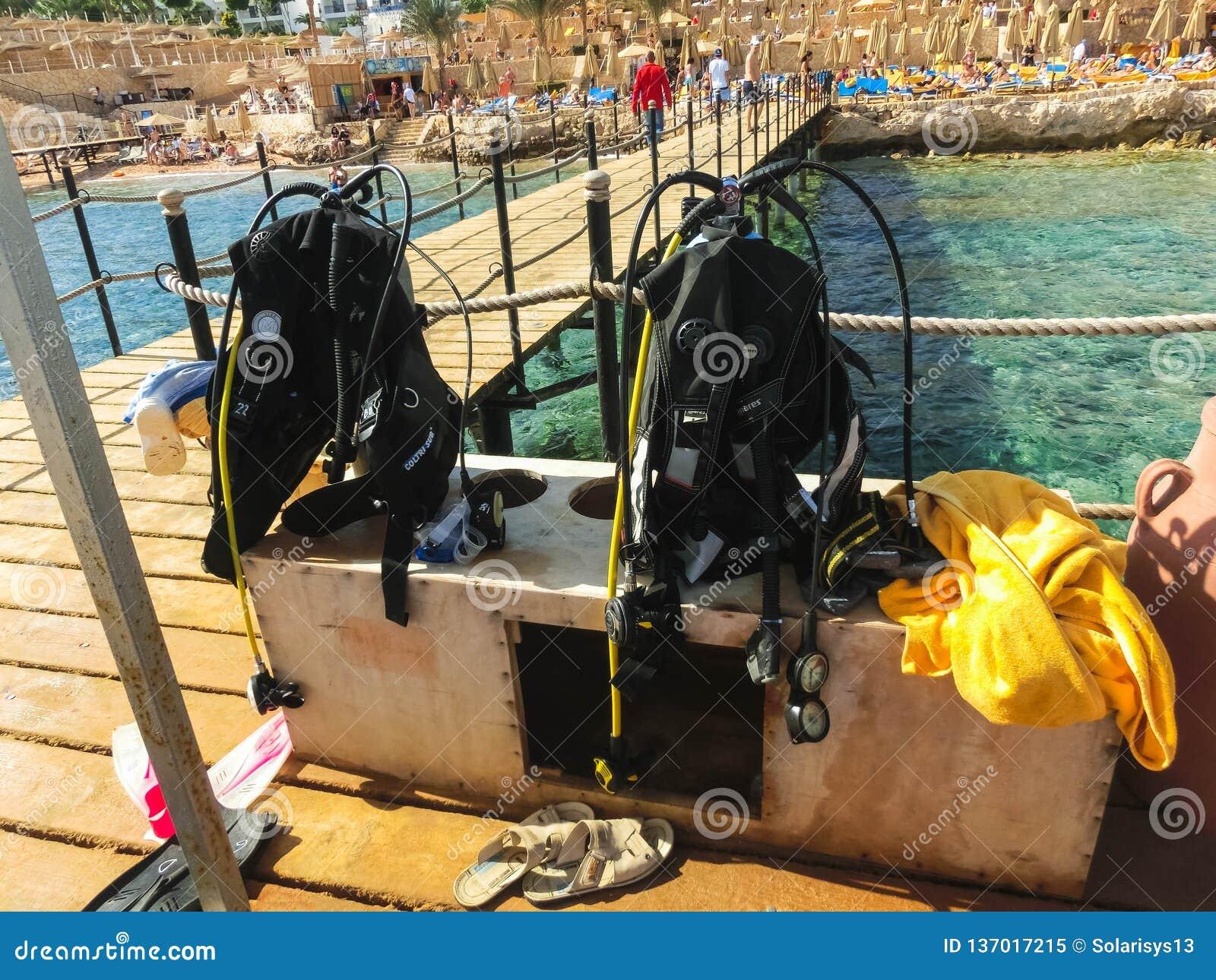 Sharm el Sheikh Egypten - December 31, 2018: Dykaredykutrustning på stranden av Röda havet
