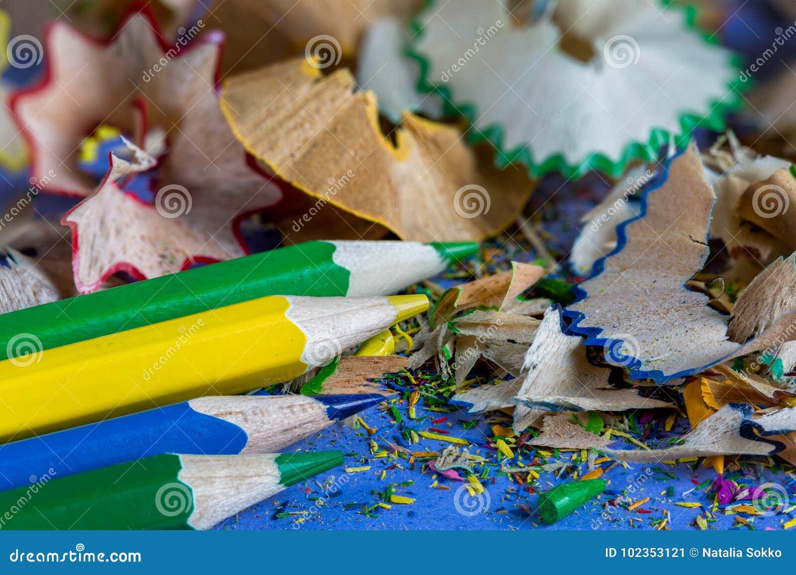 Sharpened coloriu lápis e aparas do lápis