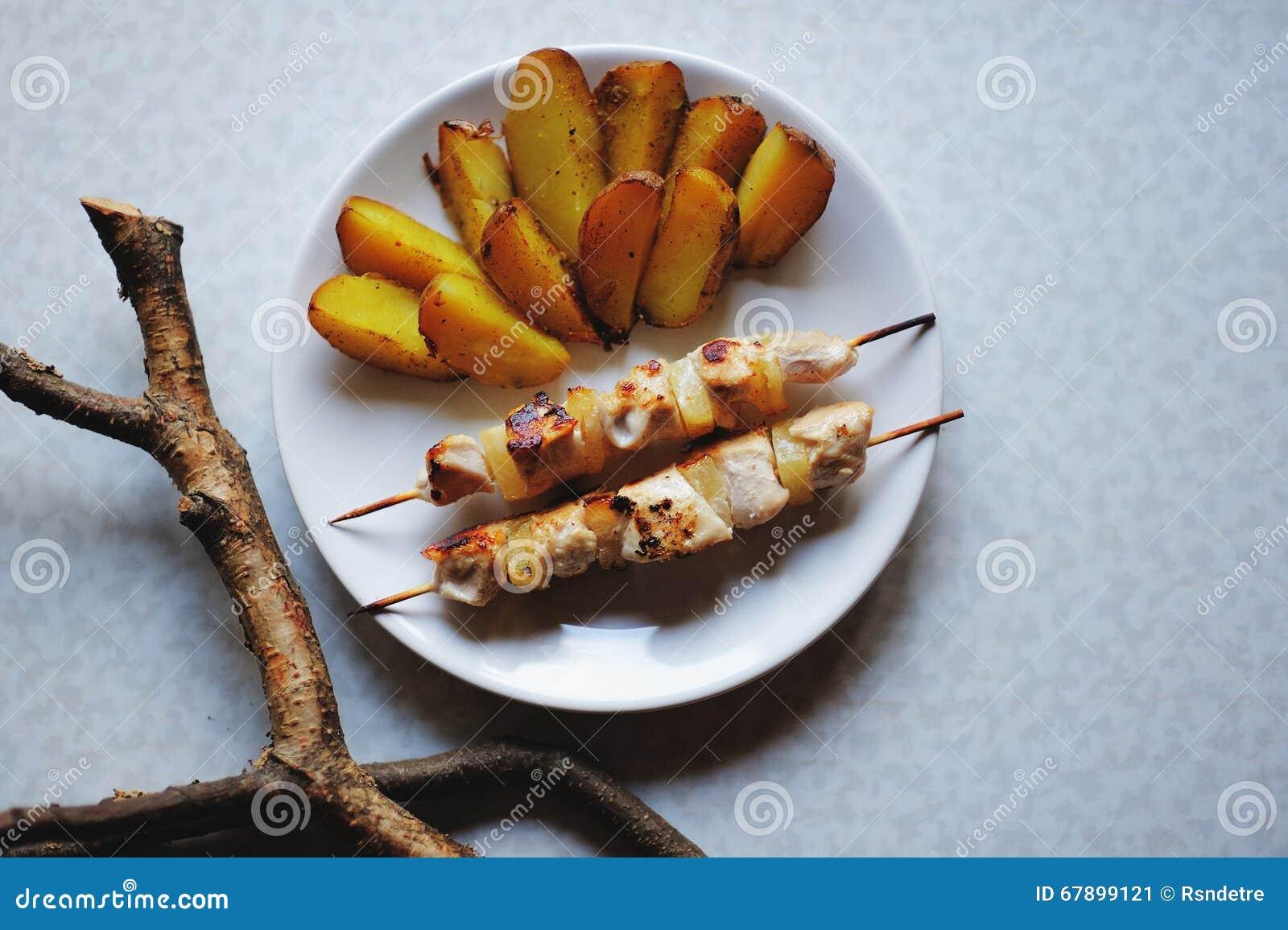Shashlik和油煎的土豆