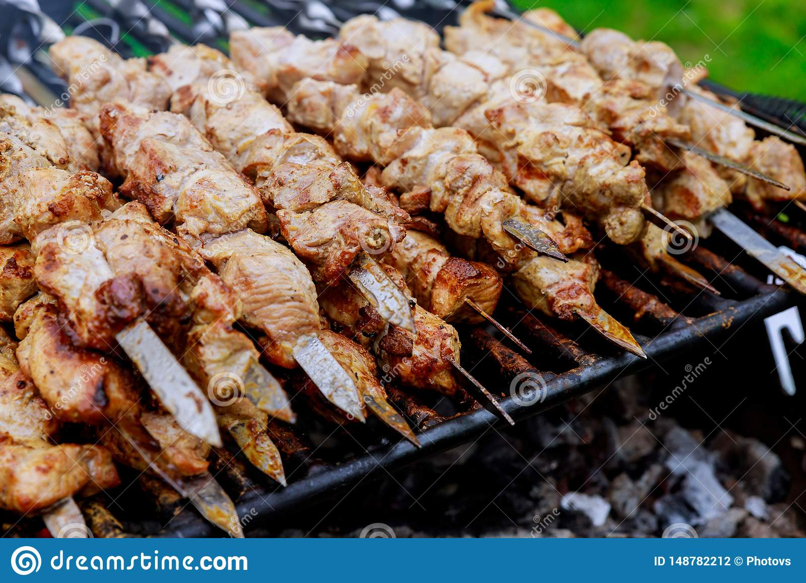 Shashlik на гриле барбекю над kebab угля shish популярным в Восточной Европе