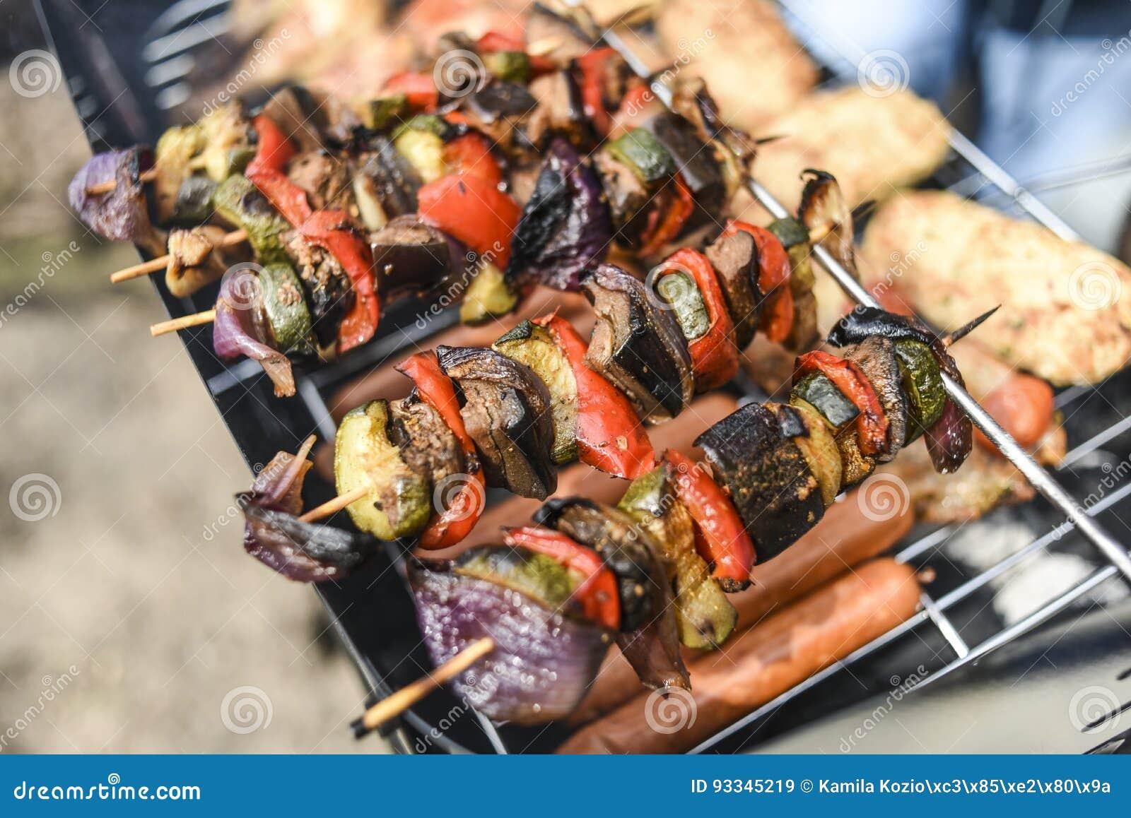 Shashlik dalle verdure sulla griglia, all aperto, ora legale