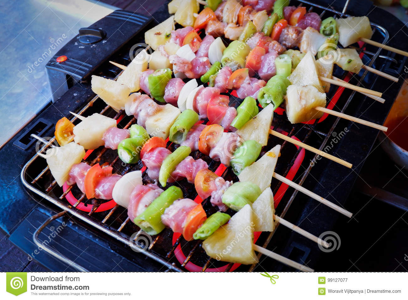 Shashlik do churrasco na grade do assado