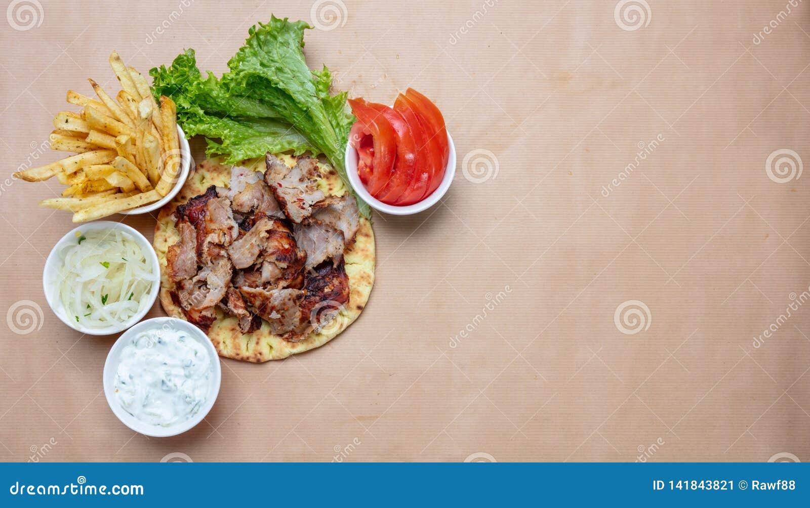 Shawarma,在皮塔饼面包、菜和tzatziki调味汁,顶视图的电罗经 传统土耳其语,希腊肉食物