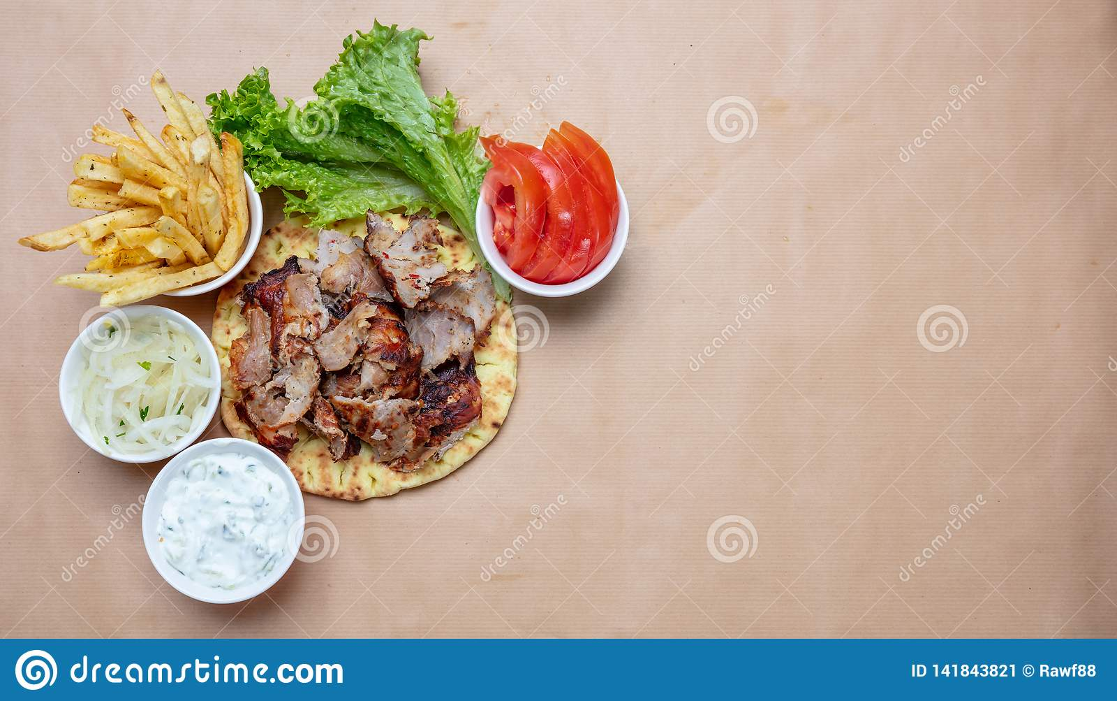 Shawarma, compas gyroscopiques sur le pain pita, les légumes et la sauce à tzatziki, vue supérieure Turc traditionnel, nourriture