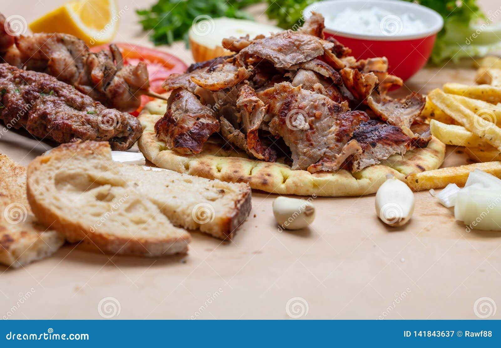 Shawarma, pão árabe dos giroscópios Turco tradicional, alimento grego da carne no pão do pão árabe