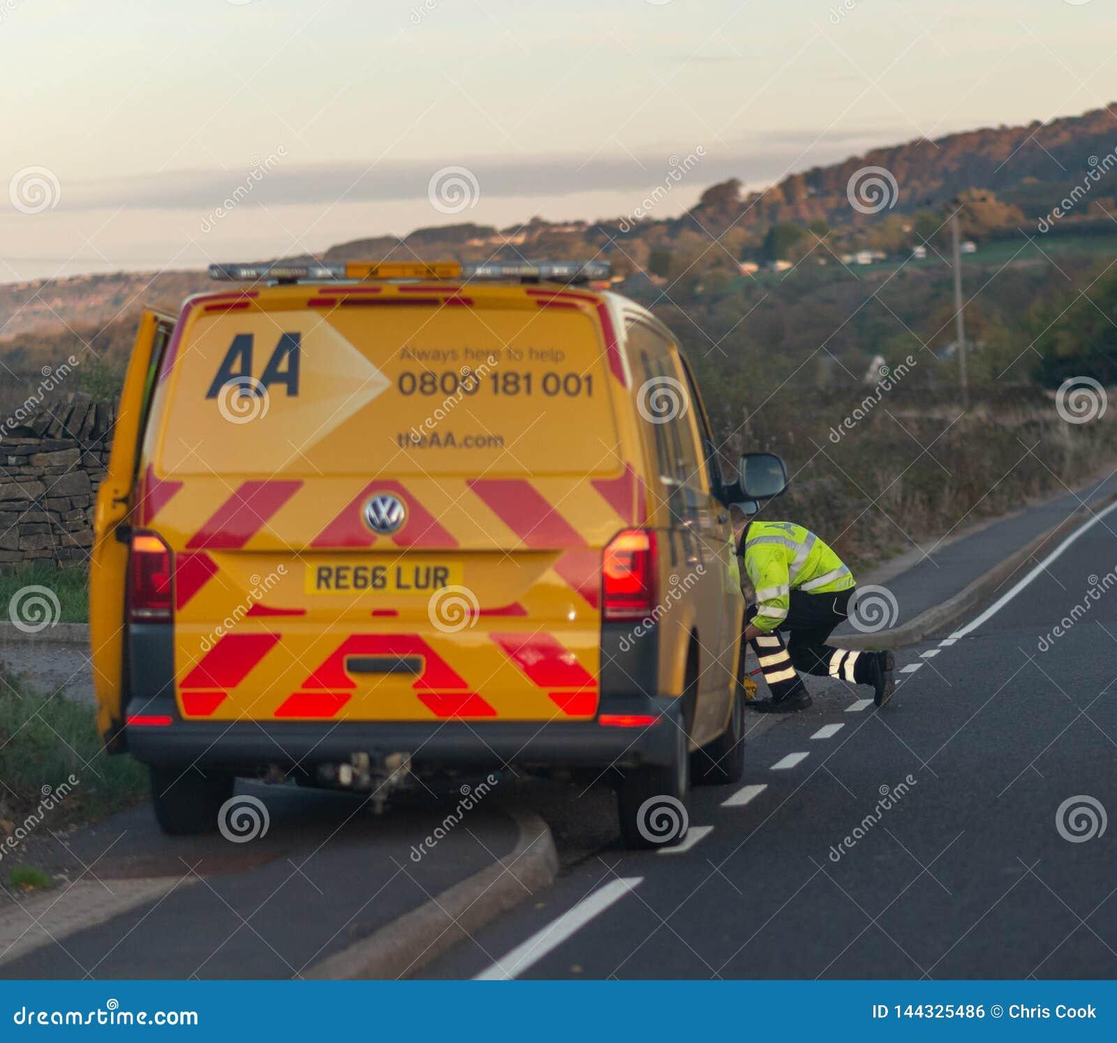 SHEFFIELD, UK AA remontowy samochód dostawczy, mechanik przy stroną droga, i - 20TH 2018 PAŹDZIERNIK -