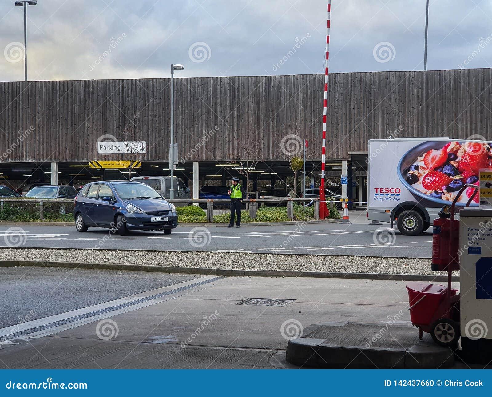 SHEFFIELD UK - 19TH MARS 2019: Extra Tesco - den Savile gatan - stängs av polisen tack vare en viktig händelse