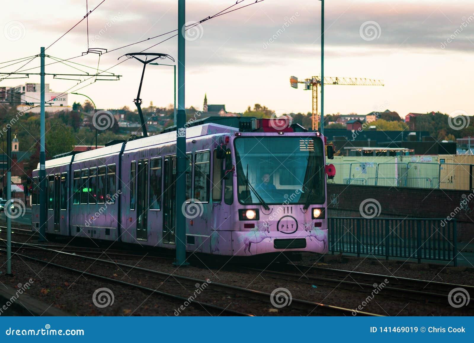 Sheffield, UK - 20th 2018 Październik: Jeden Sheffields nowi Różowi tramwaje biega przez miasta