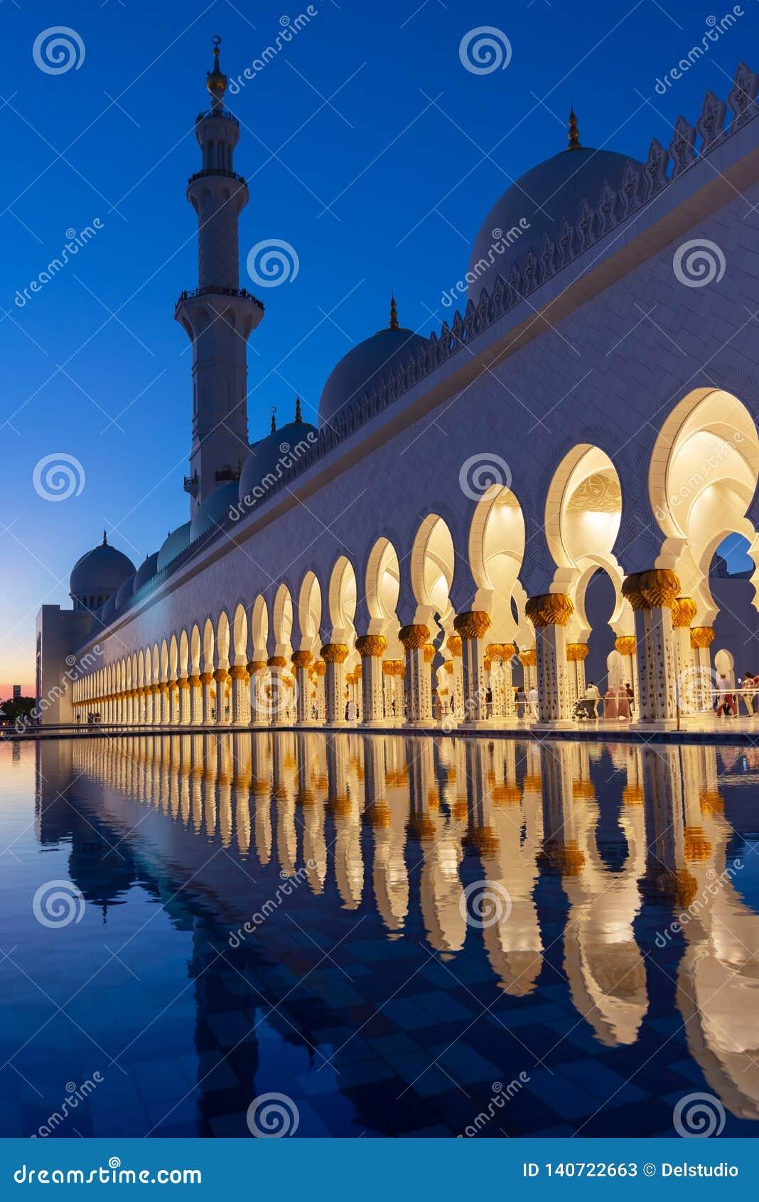 Sheikh Zayed Grand Mosque em Abu Dhabi perto de Dubai iluminou na noite, UAE