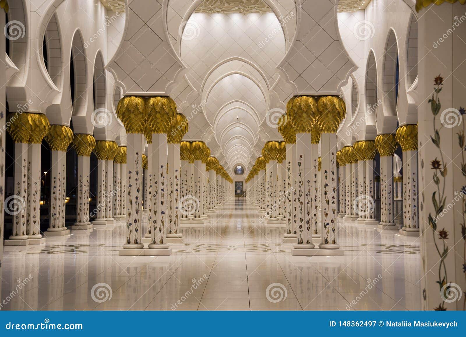 Sheikh Zayed Mosque nel punto di vista di Abu Dhabi delle colonne