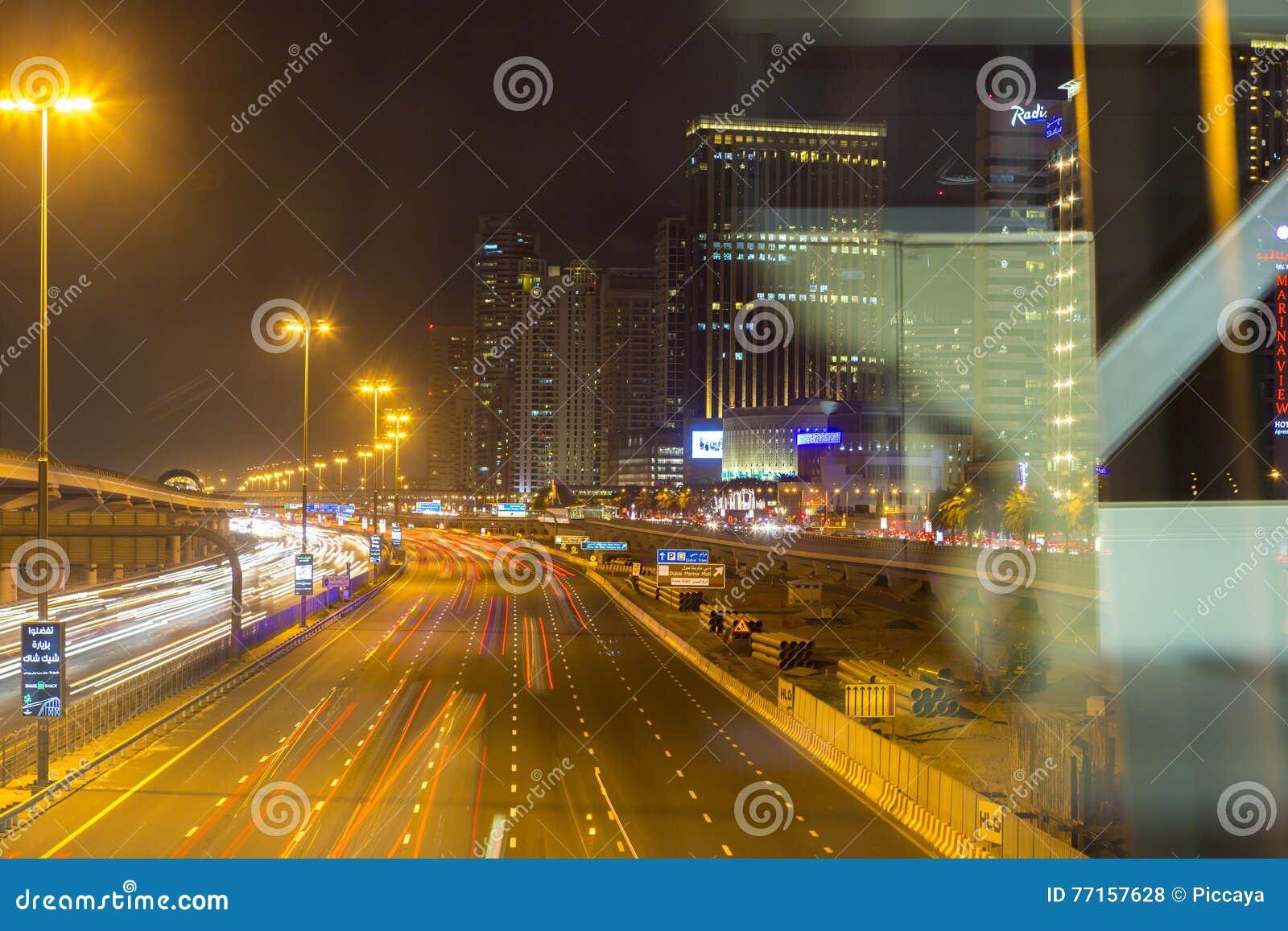 Sheikh Zayed Road à Dubaï la nuit