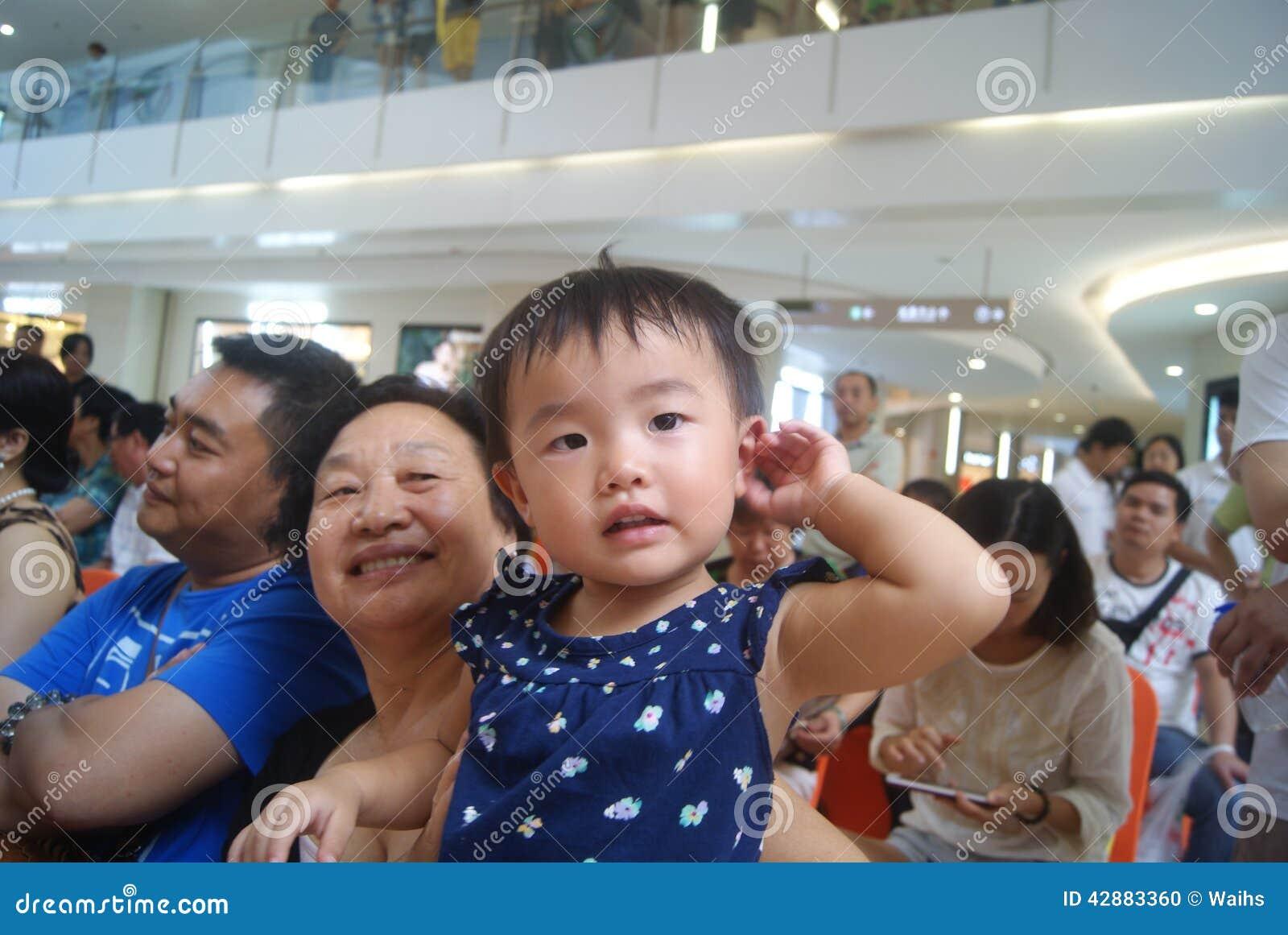 Shenzhen, China: Actividades de la demostración del talento de los niños en la escena