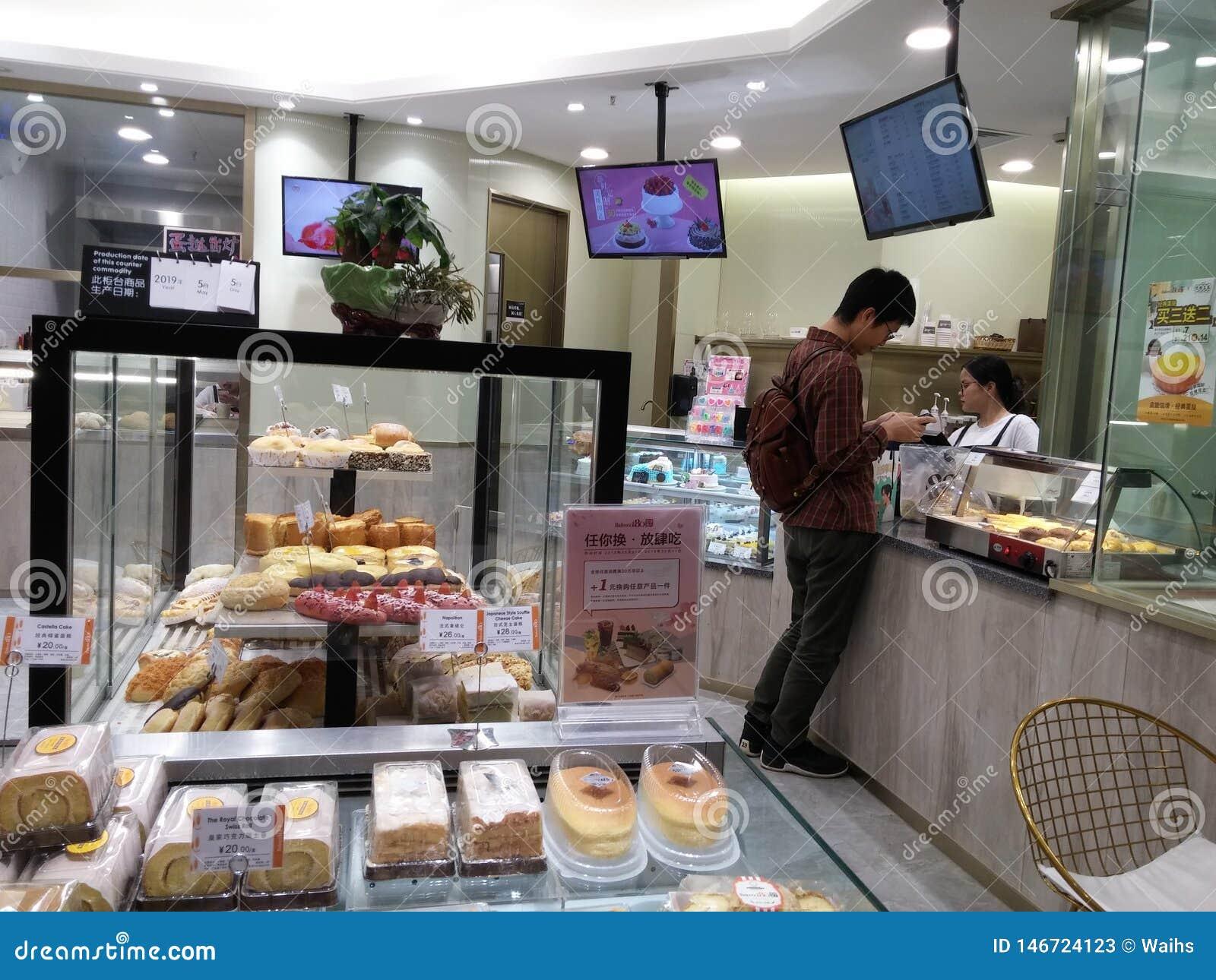Shenzhen, China: B?ckereigesch?fte zeigen Brot und Kuchen und andere Zartheit an