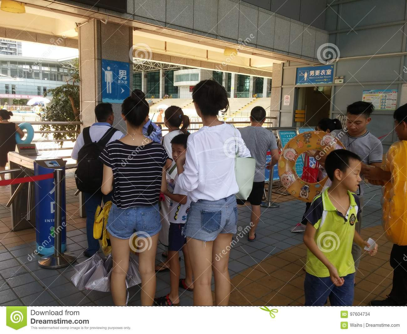 Shenzhen China Boys And Girls Go To The Swimming Pool To Buy  # Bois En Chaene