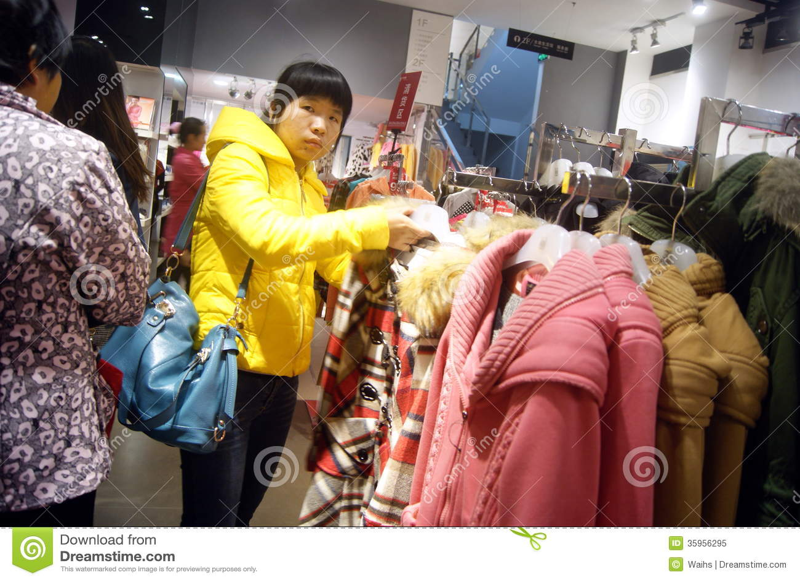 Shenzhen, China: compre la ropa del invierno