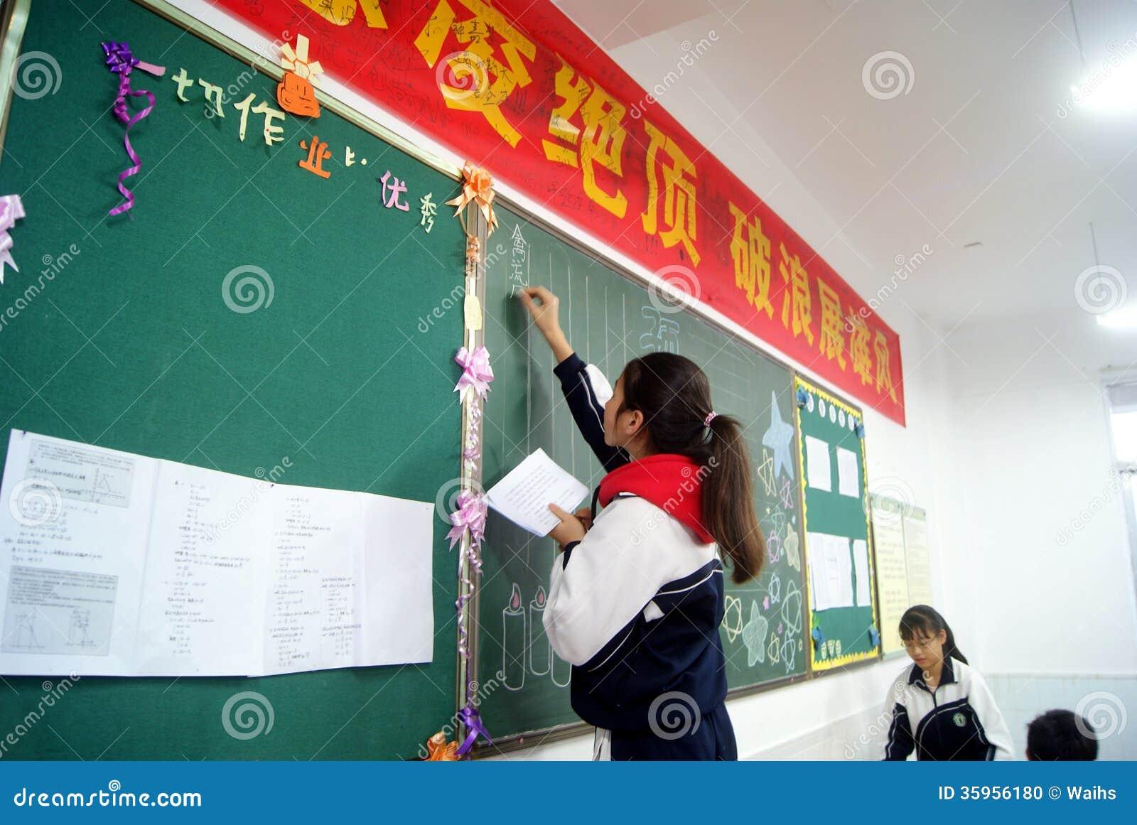 Shenzhen, China: estudiantes en la escritura del periódico de la pizarra