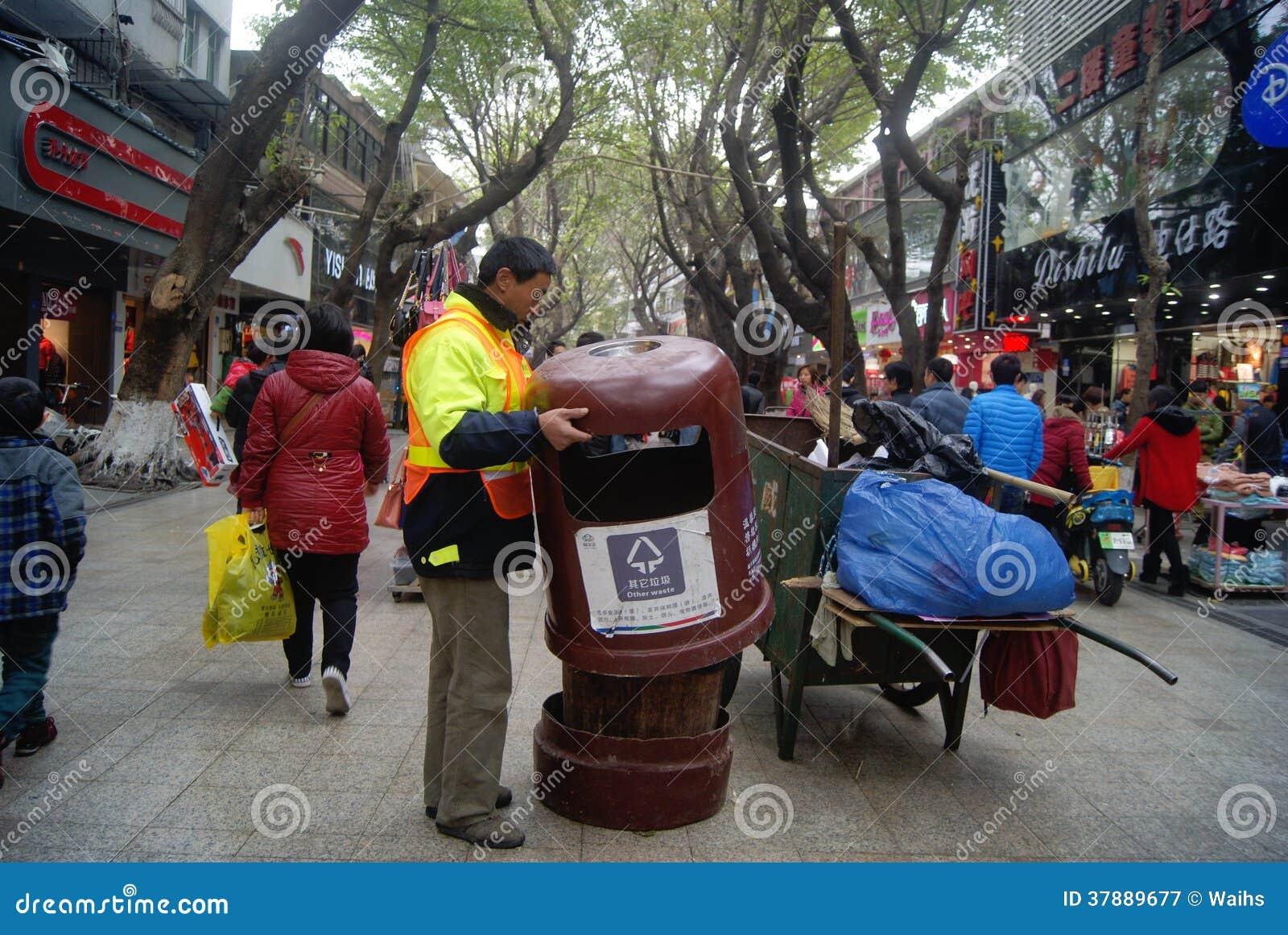 Shenzhen, China: hygiënearbeiders op het werk