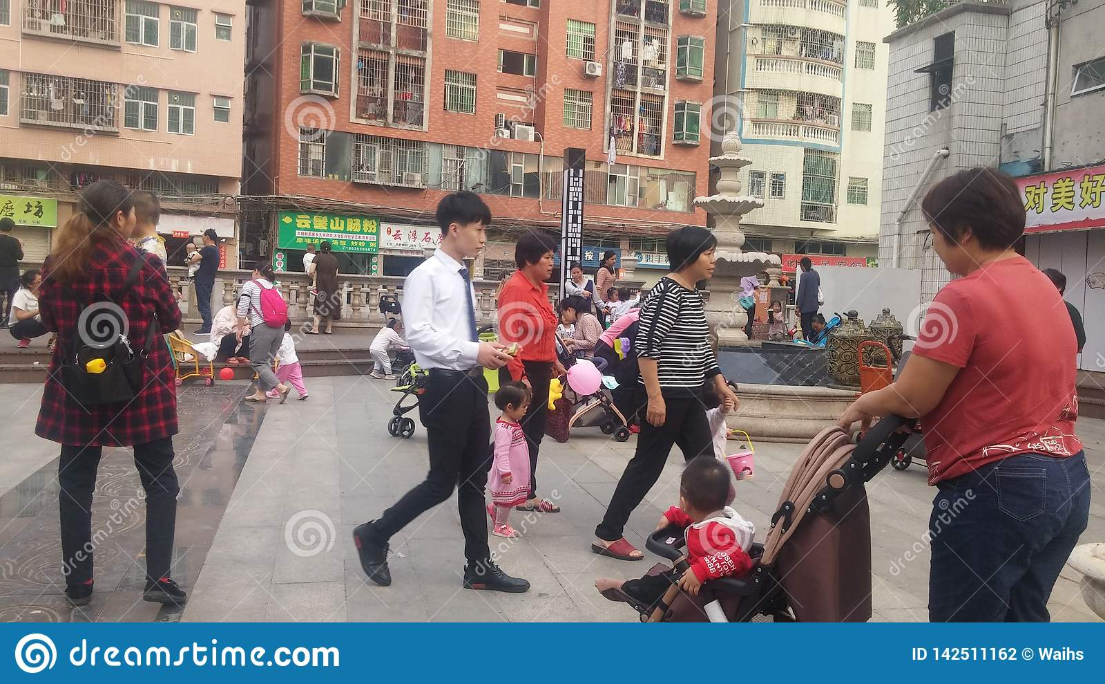 Shenzhen, China: Junge Mütter oder Großmütter spielen draußen mit ihren Kindern