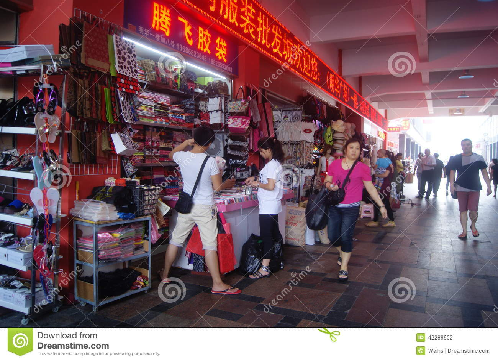 Imbécil Gestionar tratar con  Shenzhen, China: Mercado Al Por Mayor De La Ropa Fotografía editorial -  Imagen de clientes, almacenes: 42289602