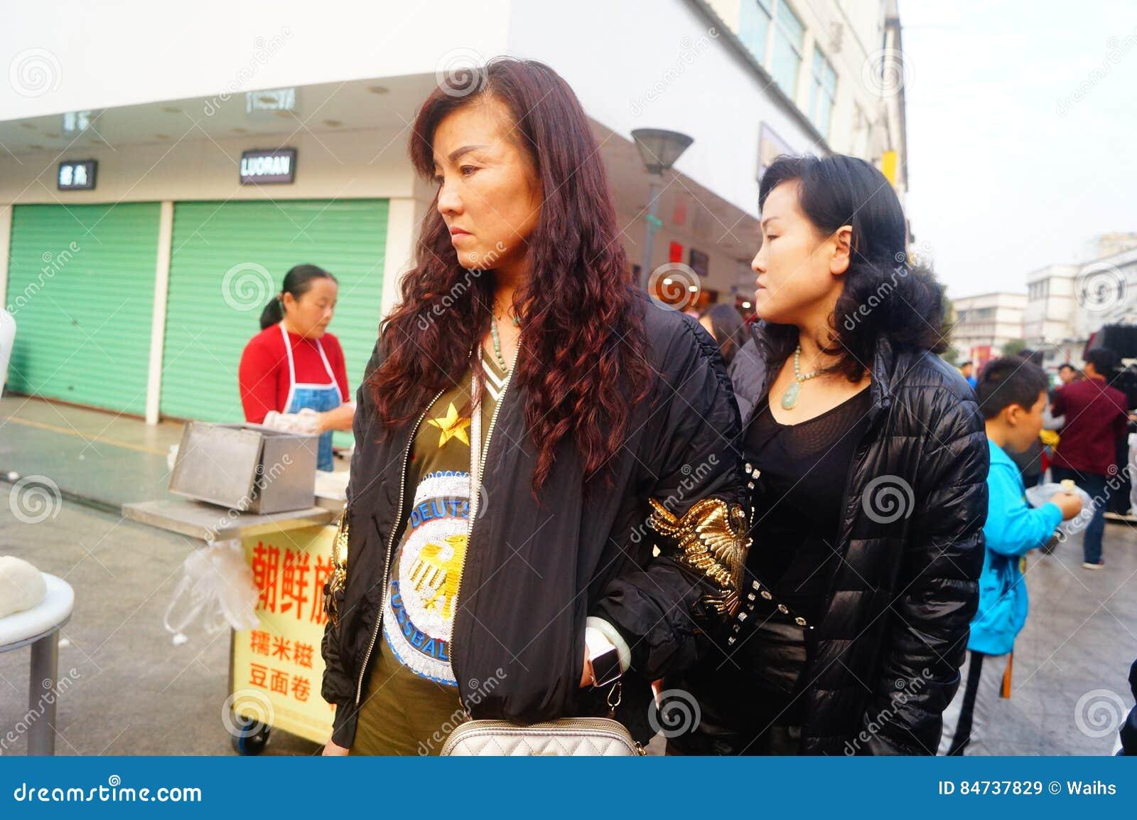 Shenzhen, China: paradas en la calle peatonal, la venta de artesanías y otras materias